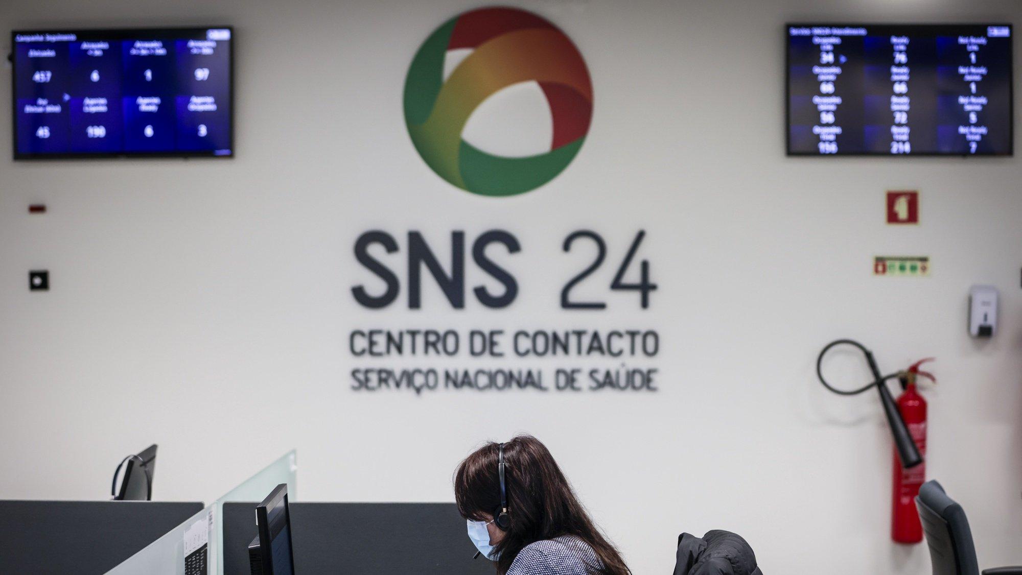 Reportagem no centro de atendimento da Linha SNS 24 em Lisboa, 18 de dezembro de 2020. A covid-19 marca um antes e depois na vida da linha SNS24 e dos seus profissionais de saúde, que além da luta para vencer a pandemia tentam também superar o cansaço de nove meses de chamadas sem tréguas. Em 2020, o centro de contacto do SNS foi obrigado a reinventar-se e já superou os 3,67 milhões de chamadas, mais do dobro em relação ao ano passado. (ACOMPANHA TEXTO DE 25/12/2020) JOSÉ SENA GOULÃO/LUSA