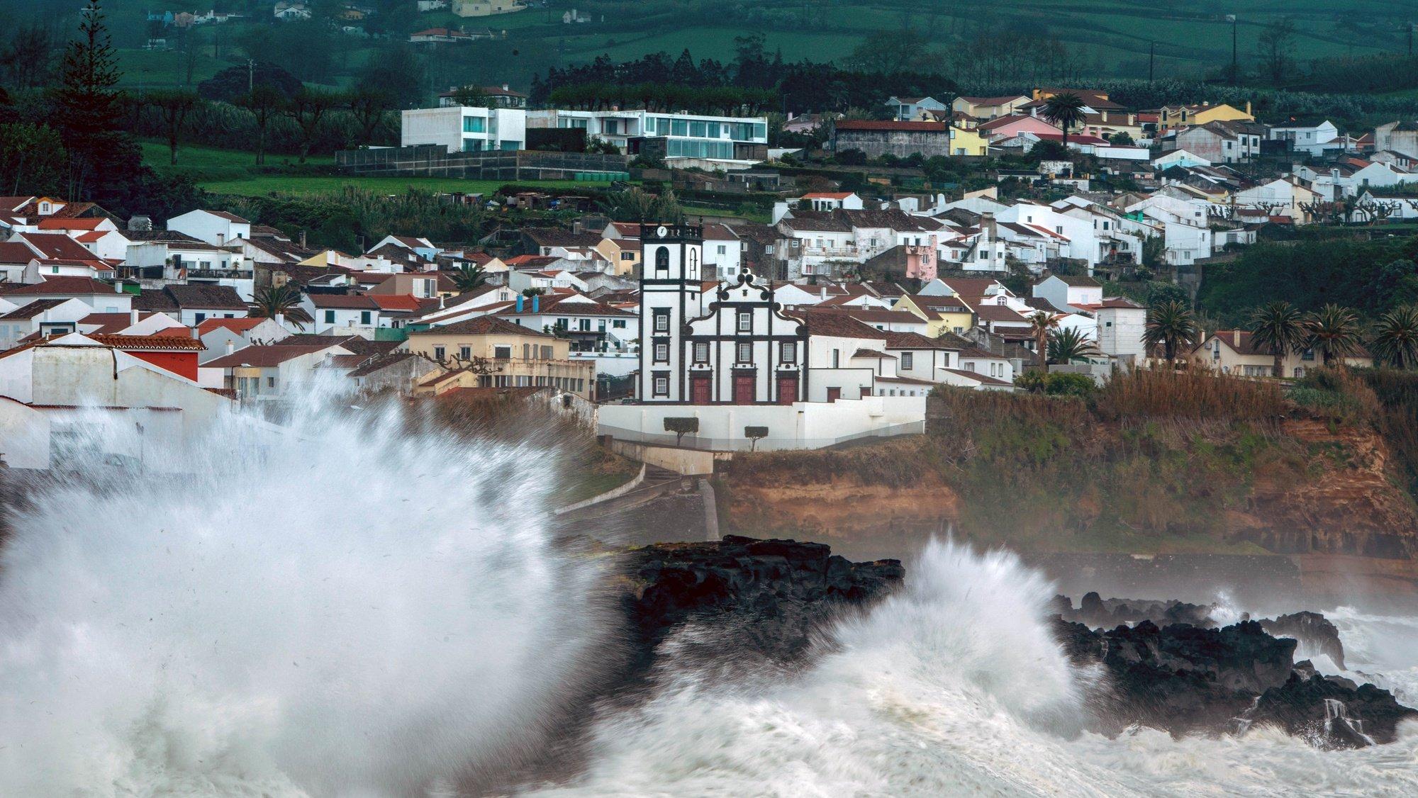 """A depressão LOLA começou a afetar os grupos Ocidental e Central dos Açores, mas """"o período mais crítico"""" é esperado na quinta-feira, informou o Instituto Português do Mar e da Atmosfera (IPMA), Ponta Delgada, Açores, 22 de abril de 2021. Num comunicado, a delegação dos Açores do IPMA adianta que a depressão deverá encontrar-se, na madrugada de quinta-feira, """"centrada a cerca de 300 quilómetros a norte/nordeste do Corvo"""", prevendo-se """"um aumento significativo da intensidade do vento, com rajadas entre 120 a 130 quilómetros por hora nos grupos Ocidental (Flores e Corvo) e Central (Terceira, Pico, São Jorge, Graciosa e Faial) e até 100 quilómetros por hora no grupo Oriental (São Miguel e Santa Maria). EDUARDO COSTA /LUSA"""