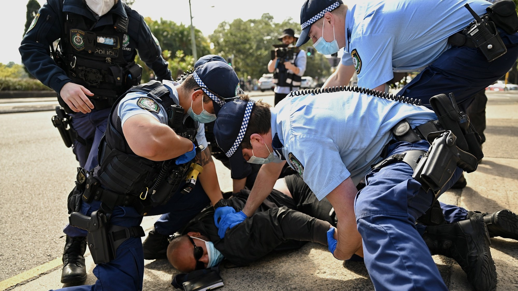 epa09422781 A protester is arrested by police during the 'National Rally for Peace, Freedom and Human Rights' anti-lockdown protest in Sydney, Australia, 21 August 2021. The lockdown in Sydney was extended until the end of September 2021 in an attempt to curb the spread of COVID-19.  EPA/Steven Saphore AUSTRALIA AND NEW ZEALAND OUT