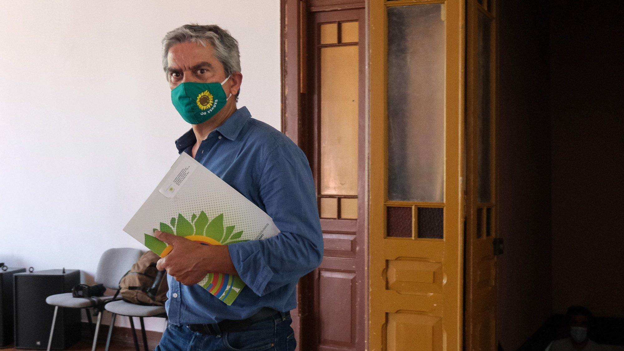 O deputado José Luís Ferreira à chegada para a conferência de imprensa para balanço das Jornadas Parlamentares do partido ecologista Os Verdes (PEV) na sala da Sociedade Democrática União Barreirense – Os Franceses, Barreiro, 29 de junho de 2021. RUI MINDERICO/LUSA