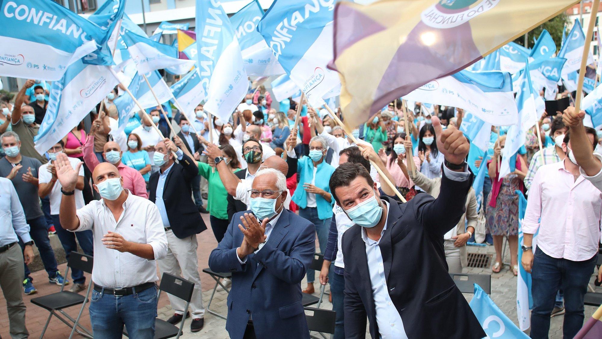 O secretário-geral do Partido Socialista (PS), António Costa (C), acompanhado pelo líder do PS/Madeira, Paulo Cafôfo (D), e pelo candidato à Câmara Municipal do Funchal pelo partido, Miguel Silva Gouveia (E), durante um comício no Funchal, ilha da Madeira, 20 de setembro de 2021. No próximo dia 26 de setembro mais de 9,3 milhões eleitores podem votar nas eleições autárquicas para eleger os seus representantes locais. HOMEM DE GOUVEIA/LUSA