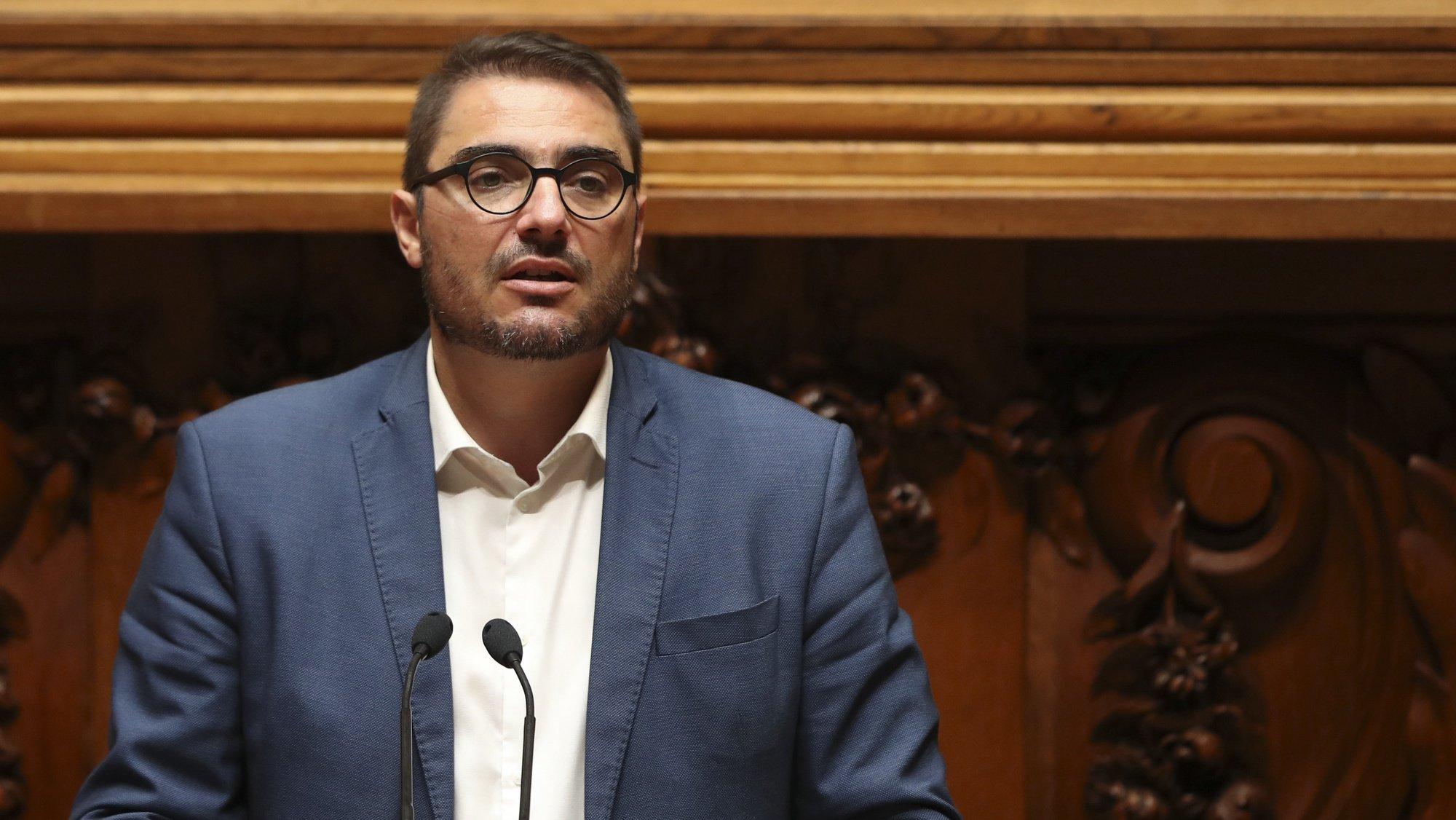 O deputado do PCP, João Oliveira, intervém durante a sessão evocativa do antigo Presidente da República Jorge Sampaio, realizada no parlamento, em Lisboa, 15 de setembro de 2021. MANUEL DE ALMEIDA/LUSA