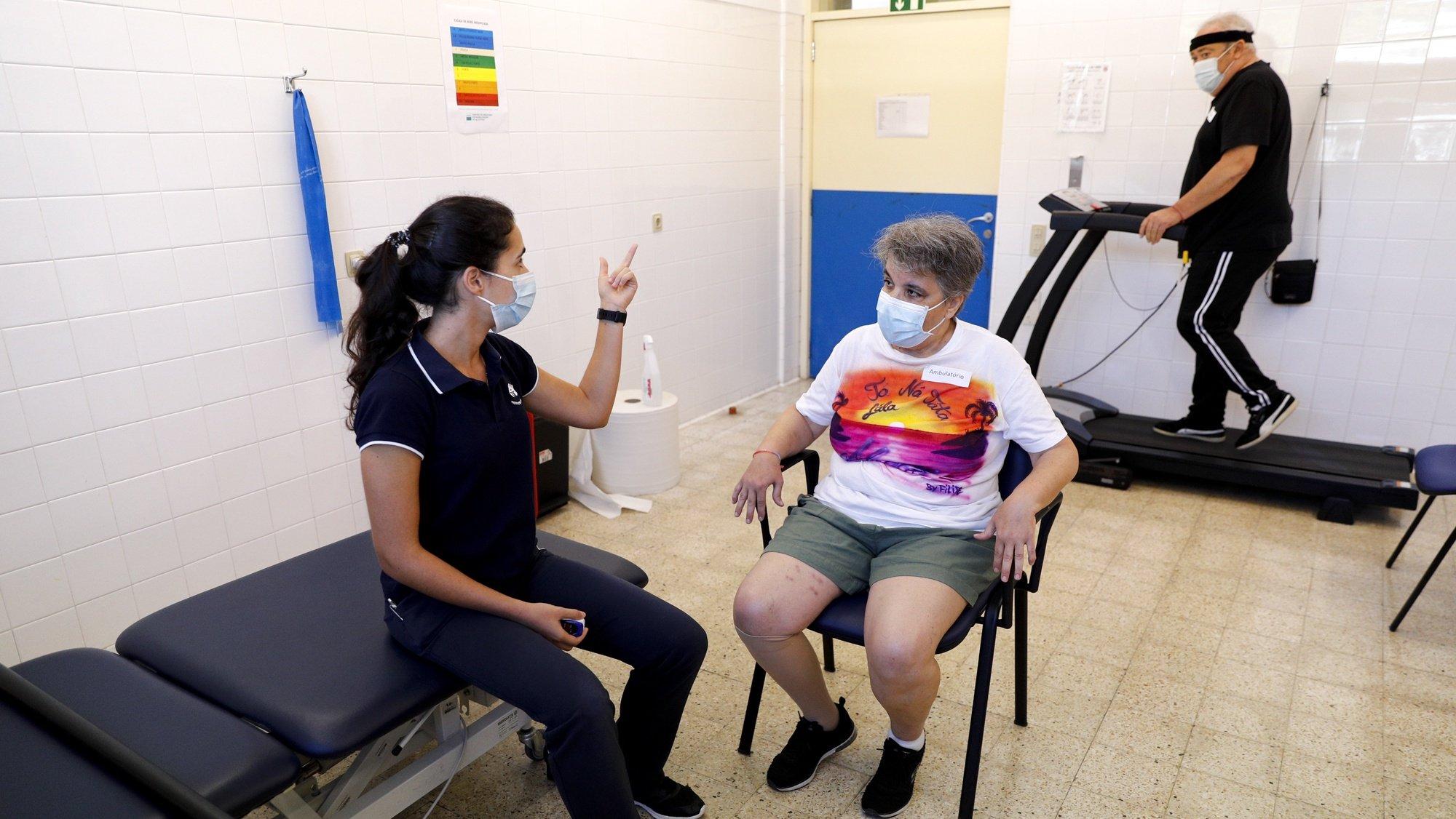 A fisioterapeuta, Bárbara Duarte (E), é a responsável  pela recuperação de doentes de covid-19, no Centro de Recuperação de Alcoitão, em Cascais, 06 de outubro de 2021. (ACOMPANHA TEXTO DE 10 DE OUTUBRO DE 2021). ANTÓNIO COTRIM/LUSA
