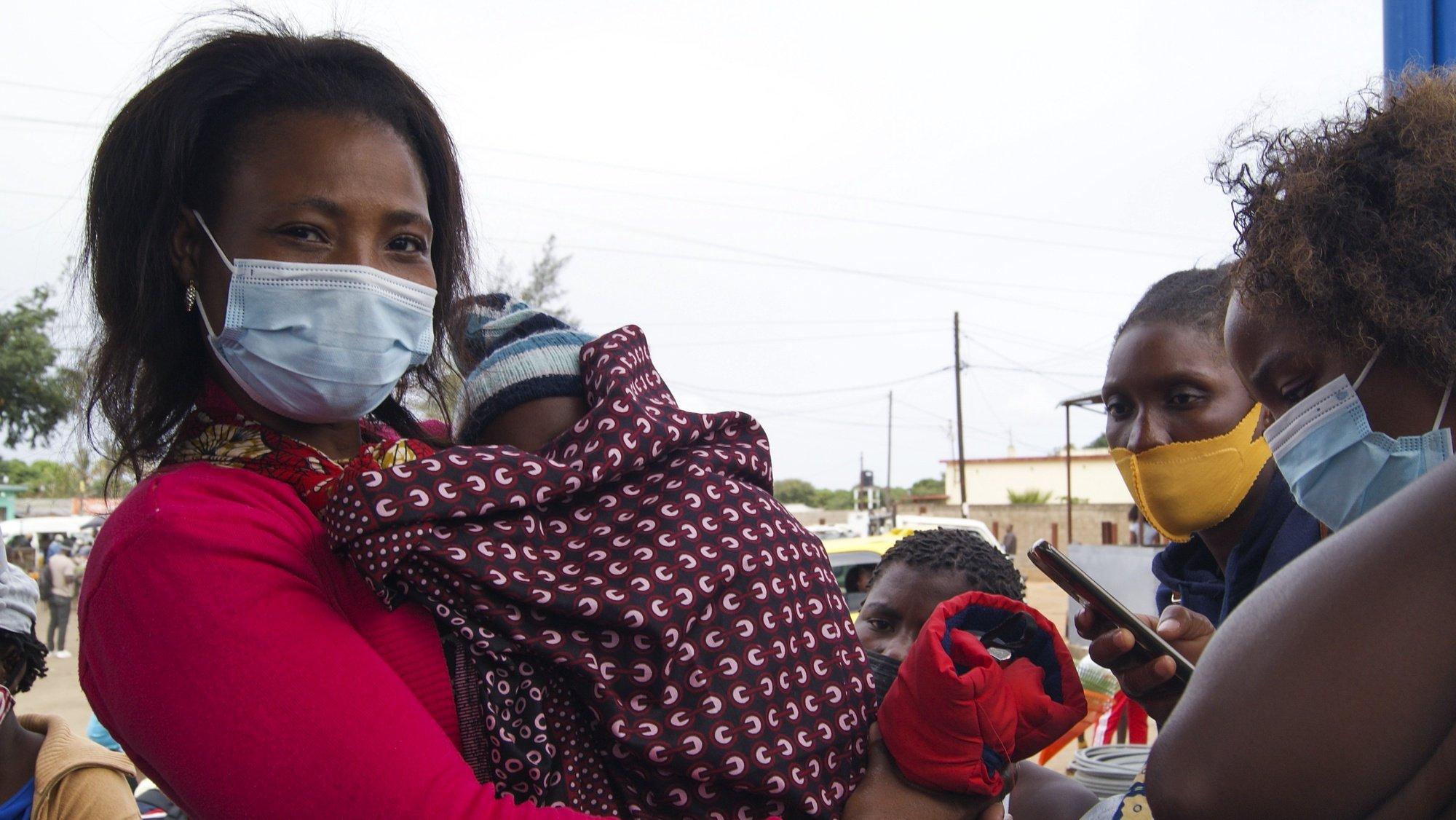 Alda Joaquim, residente em Pazimane, bairro de expansão nos arredores de Maputo, sem alternativas, tem de apanhar uma camioneta de transporte de mercadorias de caixa aberta, conhecidos como My love, para poder chegar a casa, Maputo, Moçambique, 09 de junho de 2021. (ACOMPANHA TEXTO DE 13 DE JUNHO DE 2021). LUÍSA NHANTUMBO/LUSA