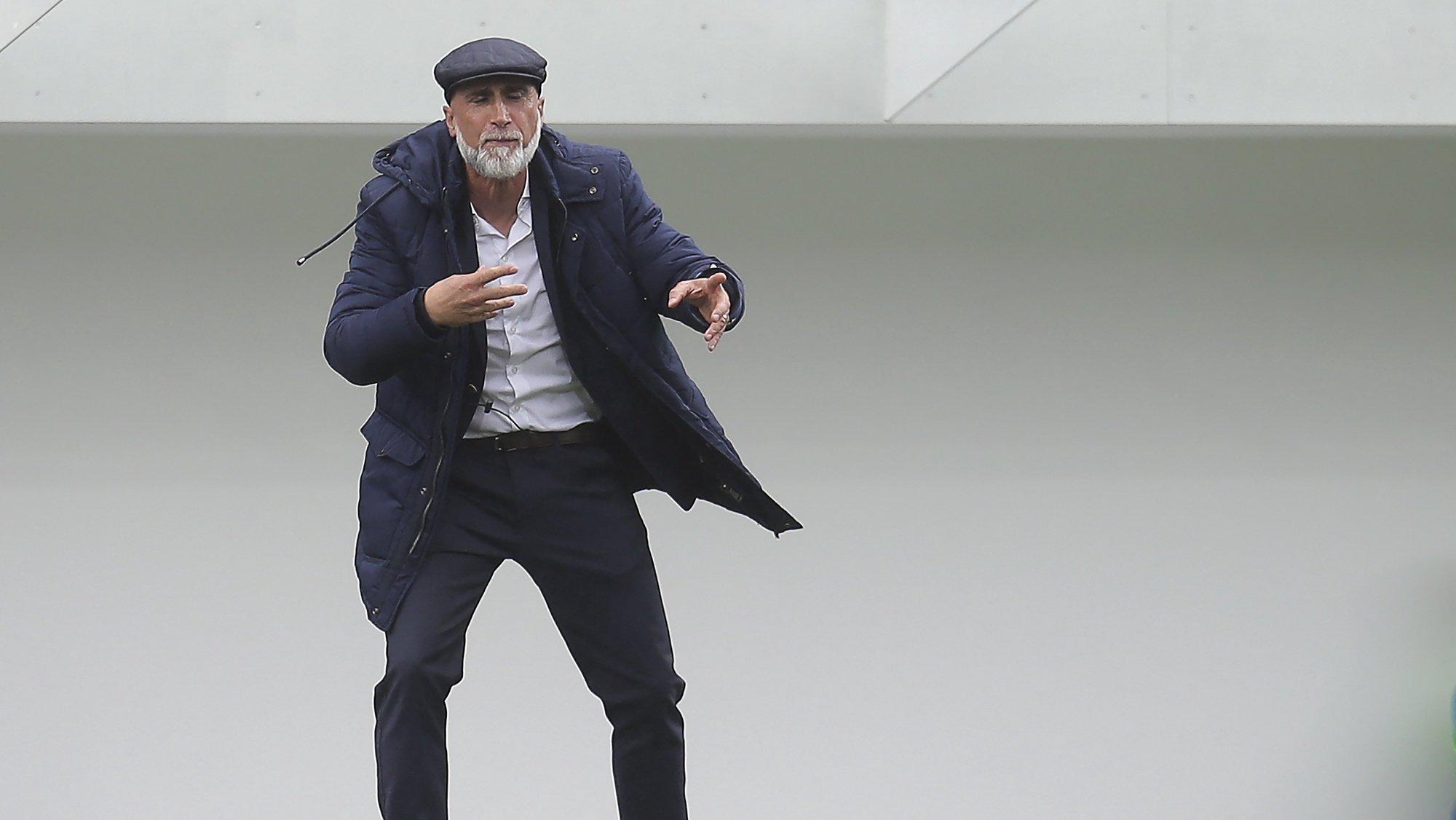 O treinador do Fc Vizela, Álvaro Pacheco, reage durante o jogo da 8ª jornada da I Liga de futebol, Fc Vizela vs Santa Clara, realizado no Estádio Futebol Clube Vizela, Vizela, 2 Outubro 2021, MANUEL FERNANDO ARAUJO/LUSA