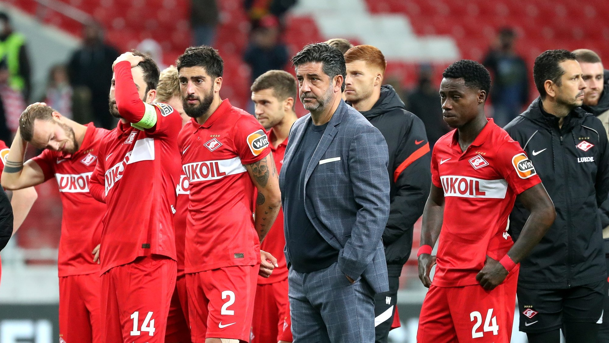 epa09469987 Spartak Moscow's head coach Rui Vitoria (C) and his players react after losing the UEFA Europa League group C soccer match between Legia Warsaw and FC Spartak Moscow at the Spartak Stadium in Moscow, Russia, 15 September 2021.  EPA/MAXIM SHIPENKOV