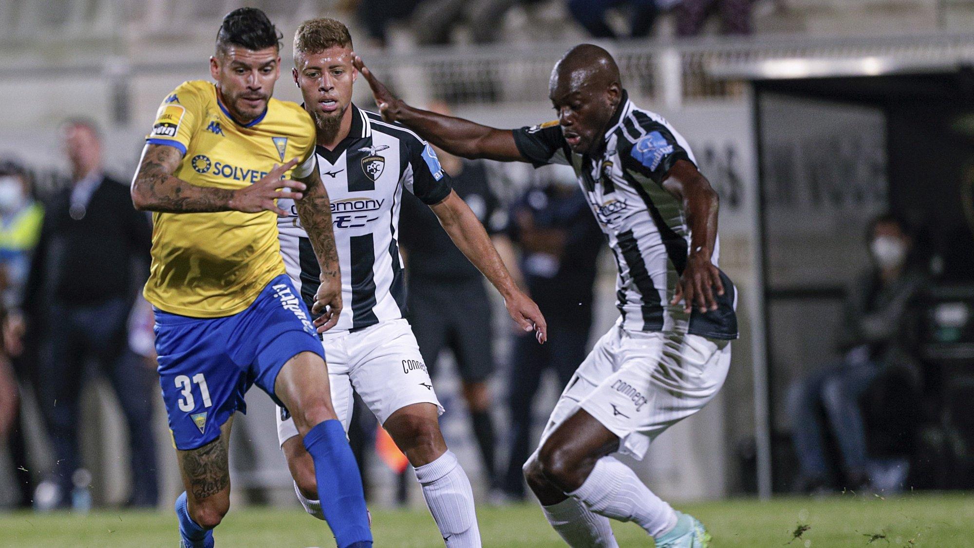 O jogador do Portimonense,  Lucas Fernandes (D), disputa a bola com o jogador do Estoril Praia, Joaozinho (E), durante o jogo da Primeira Liga de futebol disputado no Estádio do Portimonense, Portimão,24 de outubro de 2021. LUÍS FORRA/LUSA