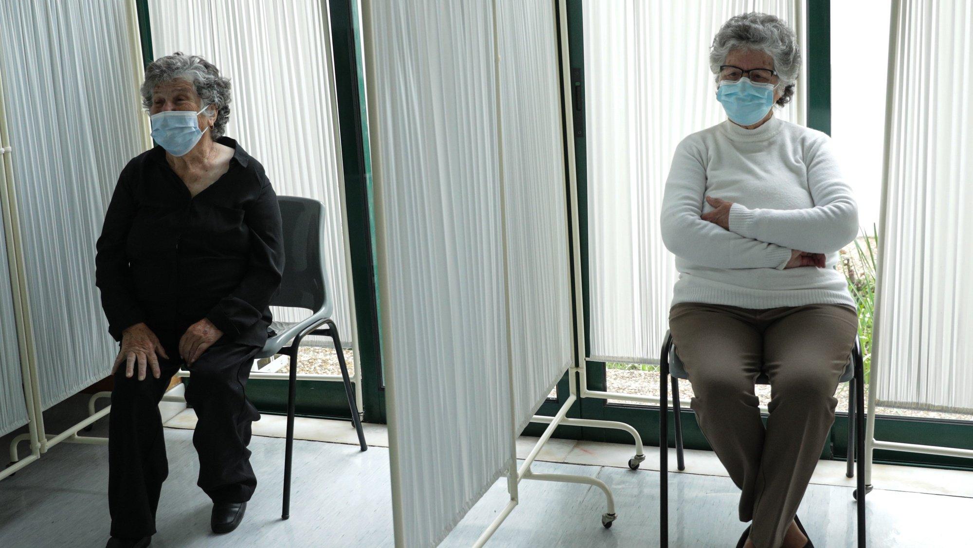 Idosas esperam para ser vacinadas contra a covid-19 no Centro de Saúde de Alcoutim, um dos concelhos mais envelhecidos da Europa, Alcoutim, 26 de fevereiro de 2021. (ACOMPANHA TEXTO) LUÍS FORRA/LUSA