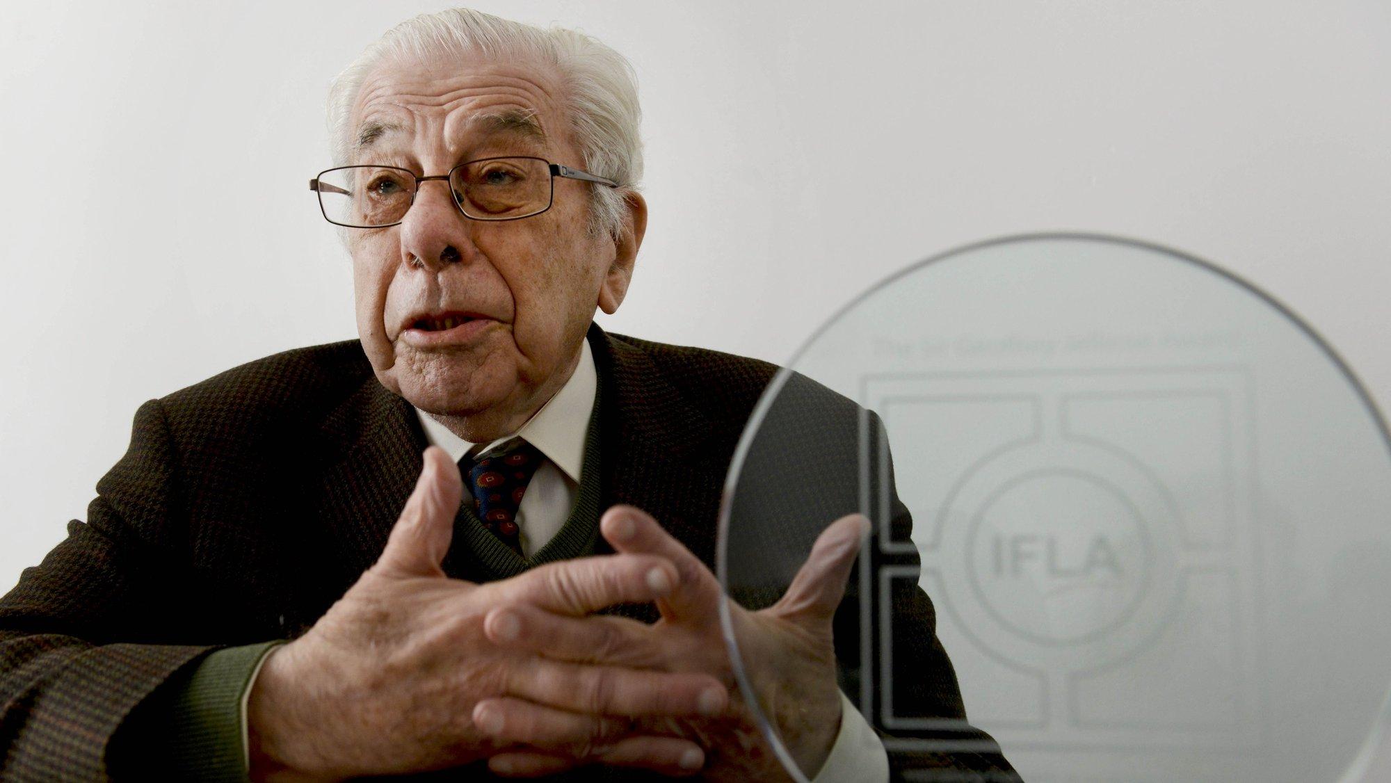 Foto de arquivo datada de 16 de abril de 2013 do arquiteto paisagista Gonçalo Ribeiro Telles, tendo ao seu lado o Prémio Internacional Sir G. Jellicoe, que hoje faleceu com a idade de 98 anos, Lisboa, 11 de novembro de 2020. JOÃO CORDEIRO/LUSA