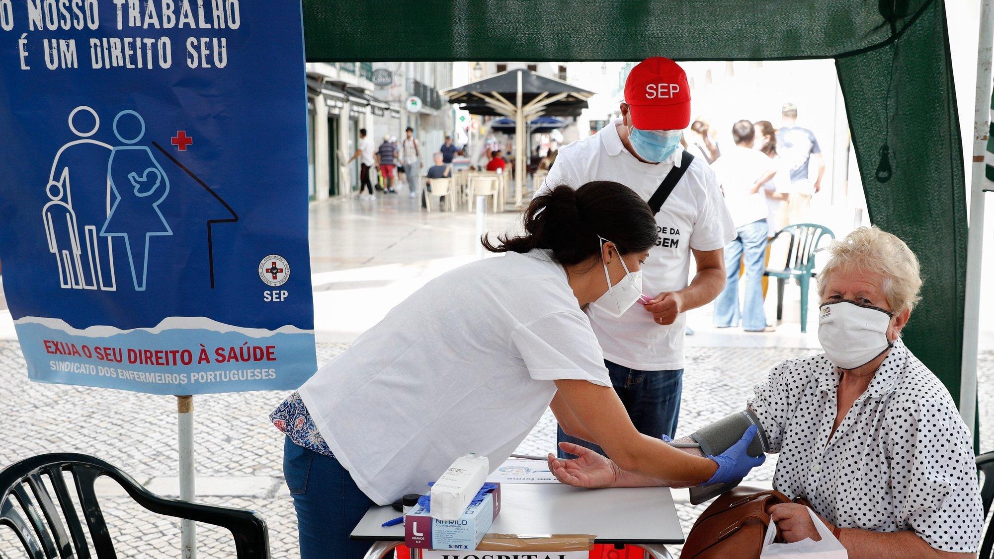 """Enfermeiros num Hospital de Campanha, organizado pelo Sindicato dos Enfermeiros Portugueses (SEP), fazem a avaliação da saúde física e mental dos portugueses em duas bancas distintas, """"corpo em forma"""" e """"mente em forma"""", em Lisboa, 11 de agosto de 2021. ANTÓNIO COTRIM/LUSA"""
