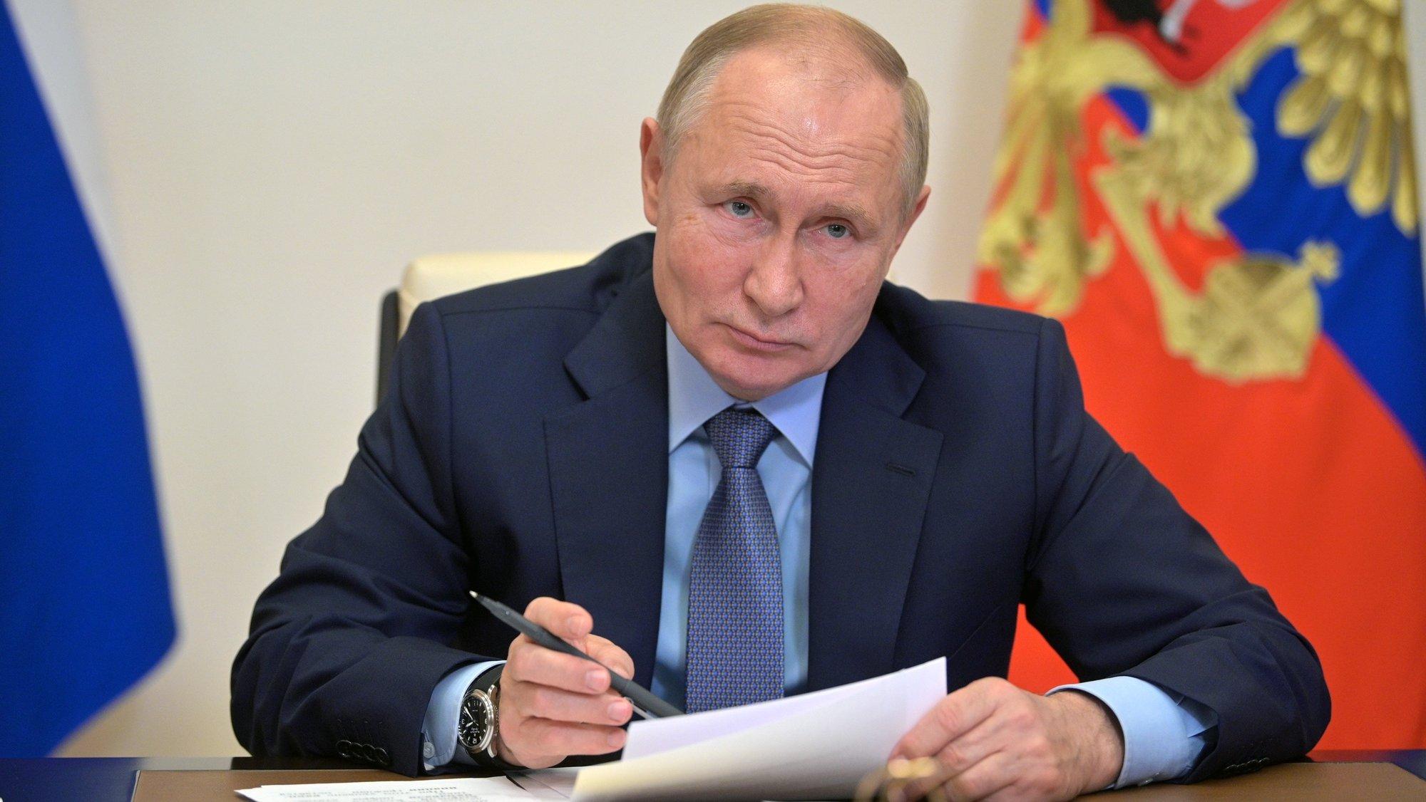 Presidente russo Vladimir Putin numa teleconferência com membros do governo