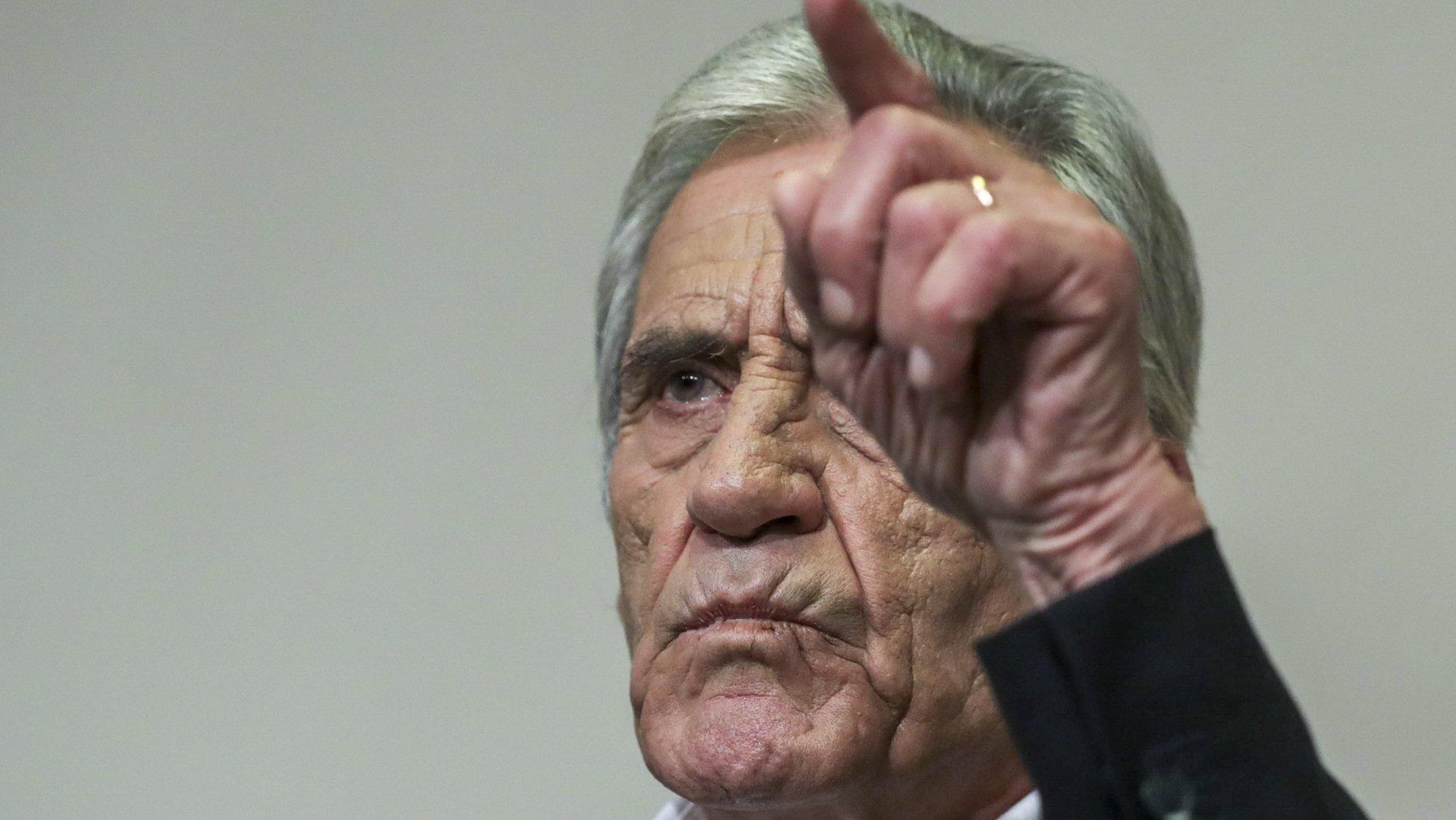 """O secretário-geral do Partido Comunista Português (PCP), Jerónimo de Sousa, durante a conferência de imprensa para apresentação das principais conclusões da reunião do comité central sobre o Orçamento do Estado para 2022, na sede do partido em Lisboa, 25 de outubro de 2021. O PCP vai votar contra a proposta de Orçamento do Estado para 2022 (OE2022) na generalidade, anunciou hoje o secretário-geral do partido Jerónimo de Sousa, sustentando que o país """"não precisa de Orçamento qualquer"""". TIAGO PETINGA/LUSA"""