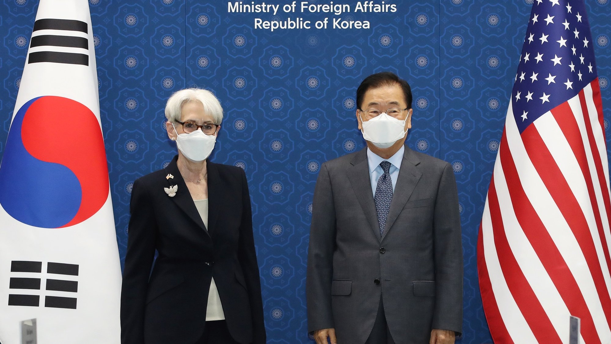 epa09357544 South Korean Foreign Minister Chung Eui-yong (R) poses for a photo with US Deputy Secretary of State Wendy Sherman (L) during their meeting at the foreign ministry in Seoul, South Korea, 22 July 2021.  EPA/YONHAP SOUTH KOREA OUT
