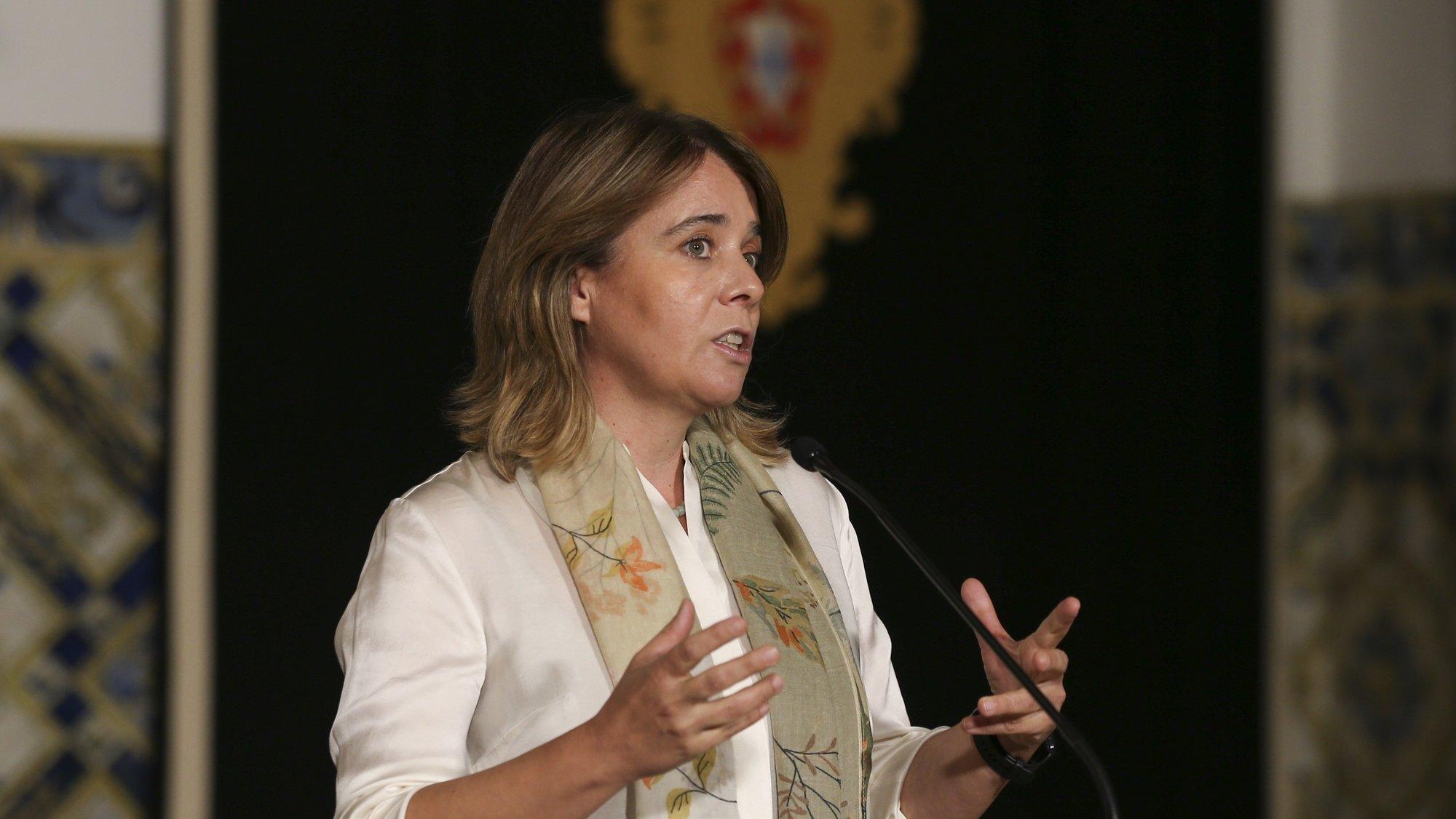 A coordenadora do Bloco de Esquerda (BE) , Catarina Martins, fala aos jornalistas à saída de uma audiência com o Presidente da República, Marcelo Rebelo de Sousa (ausente da fotografia), no âmbito dos encontros periódicos habituais e tendo em consideração a apresentação da proposta de lei de Orçamento do Estado 2022, Palácio de Belém, em Lisboa, 15 de outubro de 2021. MANUEL DE ALMEIDA/LUSA