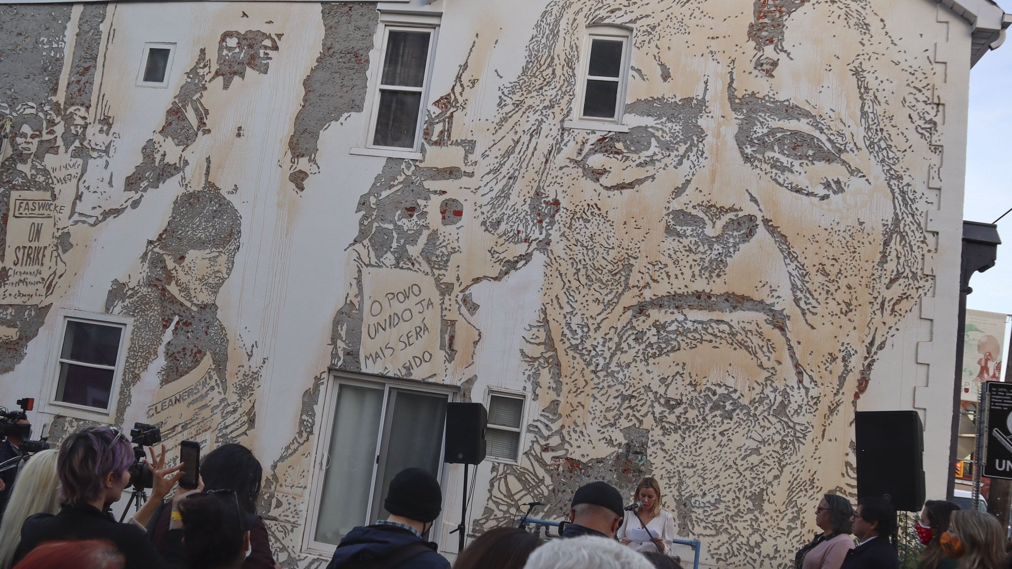 Um mural do artista português Alexandre Farto 'Vhils' foi inaugurado esta terça-feira, no Little Portugal de Toronto, inspirado na história do movimento feminino Cleaners Action, da década de 1970, liderado por trabalhadoras portuguesas, em Toronto, Canadá, 19 de outubro de 2021. (ACOMPANHA TEXTO DA LUSA DO DIA 20 DE OUTUBRO DE 2021). SÉRGIO MOURATO/LUSA