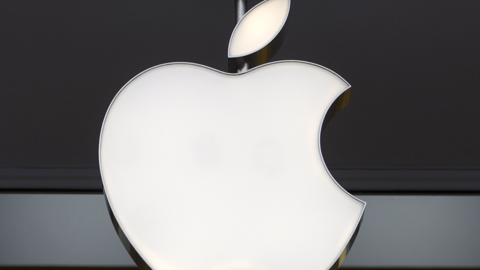 epa08547009 (FILE) - The company's logo at an Apple Store in Washington, DC, USA, 27 January 2015 (reissued 15 July 2020). The General Court of the European Union in Luxembourg announced on 15 July 2020 that it has annulled a 2016 decision taken by the Commission regarding the Irish tax rulings in favour of Apple. Europe's second-highest court said that Apple will not have to pay Ireland 13 billion euros in back taxes after winning an appeal. *** Local Caption *** 53809001  EPA/SHAWN THEW *** Local Caption *** 53809001
