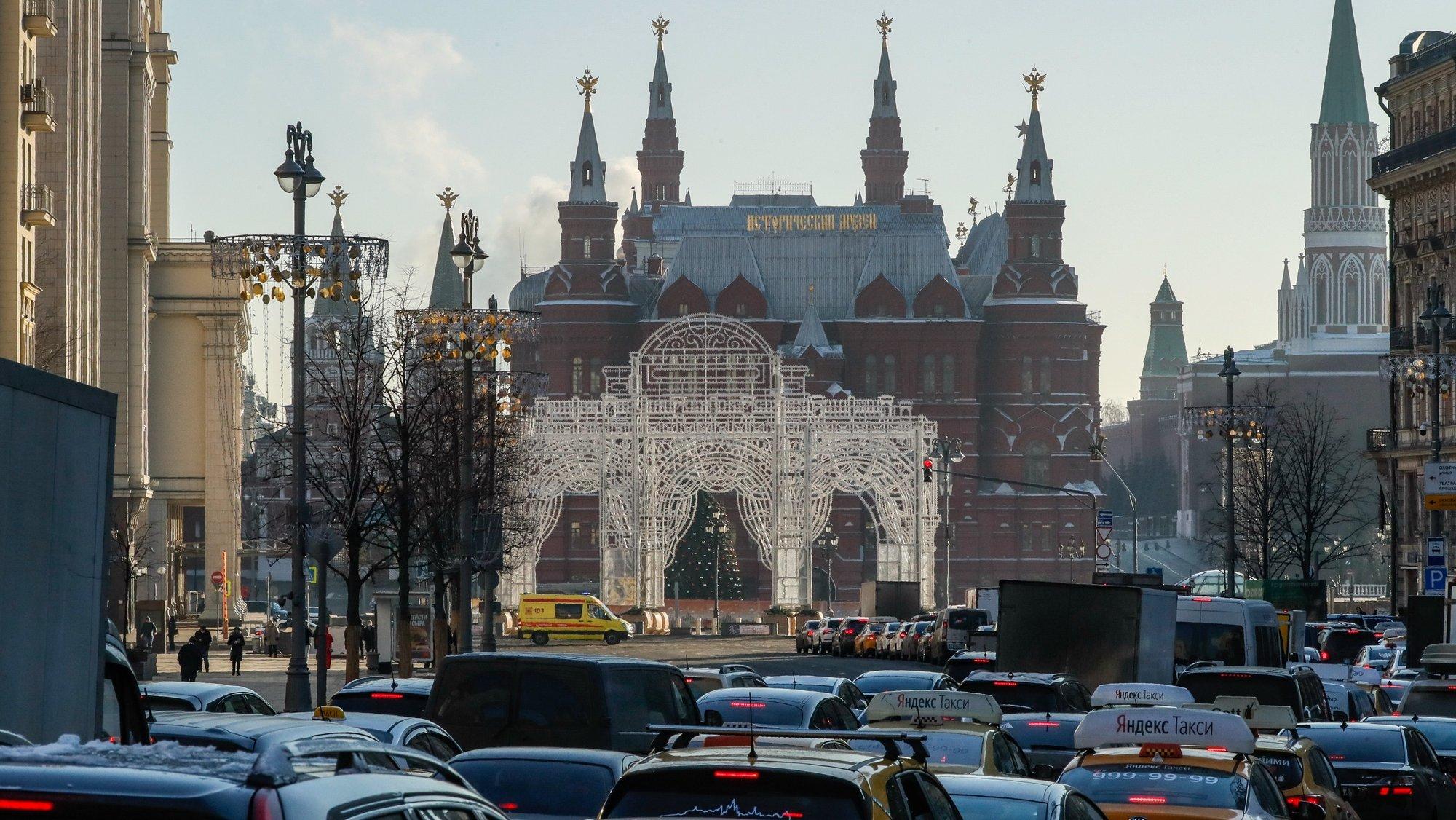 epa08868507 Traffic jam on Tverskaya street in Moscow, Russia, 07 December 2020.  EPA/YURI KOCHETKOV