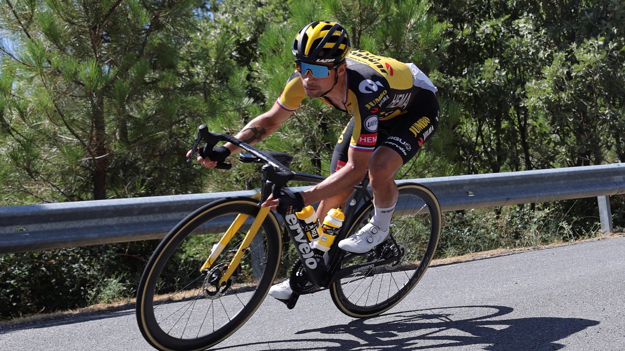 epa09435181 Slovenian rider Primoz Roglic in action during the 15th stage of the Spanish Cycling Vuelta, a 197.5 km-long race between Navalmoral de la Mata (Caceres) and El Barraco (Avila), in Navalmoral de la Mata (Caceres), Spain, 29 August 2021.  EPA/Manuel Bruque