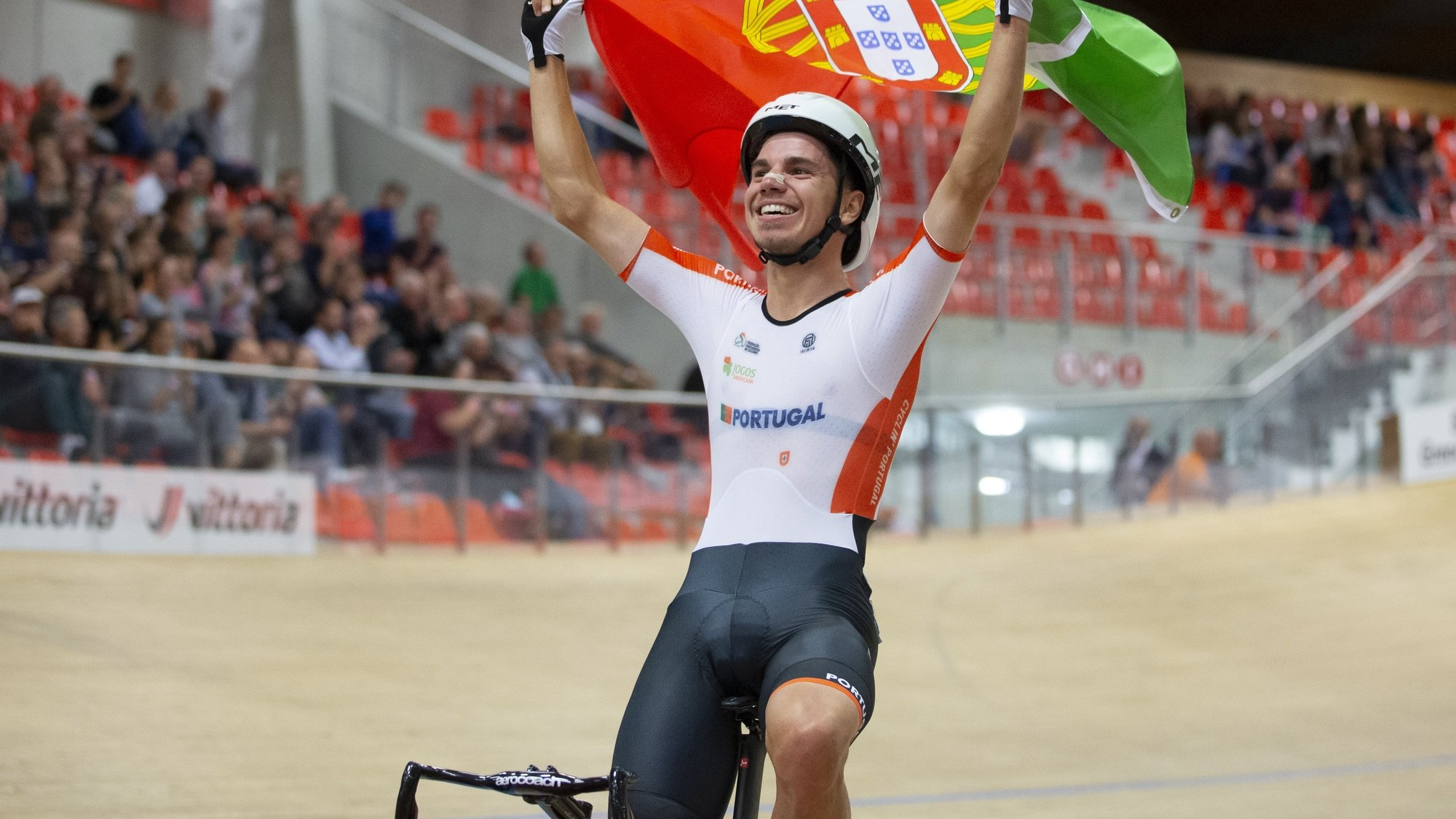 epa09511776 Portugal's Rui Oliveira celebrates after winning the men's scratch race during the UEC Track Cycling European Championships at the Velodrome Suisse in Grenchen, Switzerland, 07 October 2021.  EPA/PETER KLAUNZER