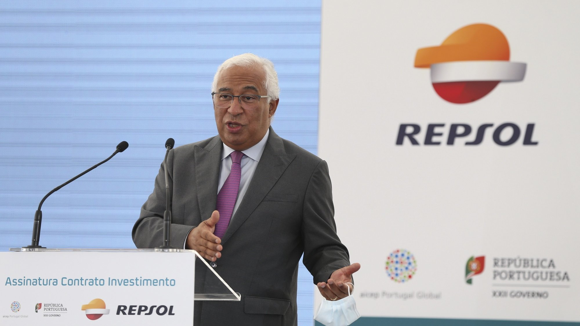 """O primeiro-ministro, António Costa, discursa durante a cerimónia de assinatura do contrato de investimento do Governo português com a Repsol, companhia energética de origem espanhola, no complexo industrial da Repsol em Sines, 13 de outubro de 2021. A Repsol e o Governo assinam hoje o contrato de investimento no complexo de Sines, que prevê incentivos fiscais de até 63 milhões a um projeto de 657 milhões de euros, apontado como o """"maior investimento industrial"""" da última década. MANUEL DE ALMEIDA/LUSA"""