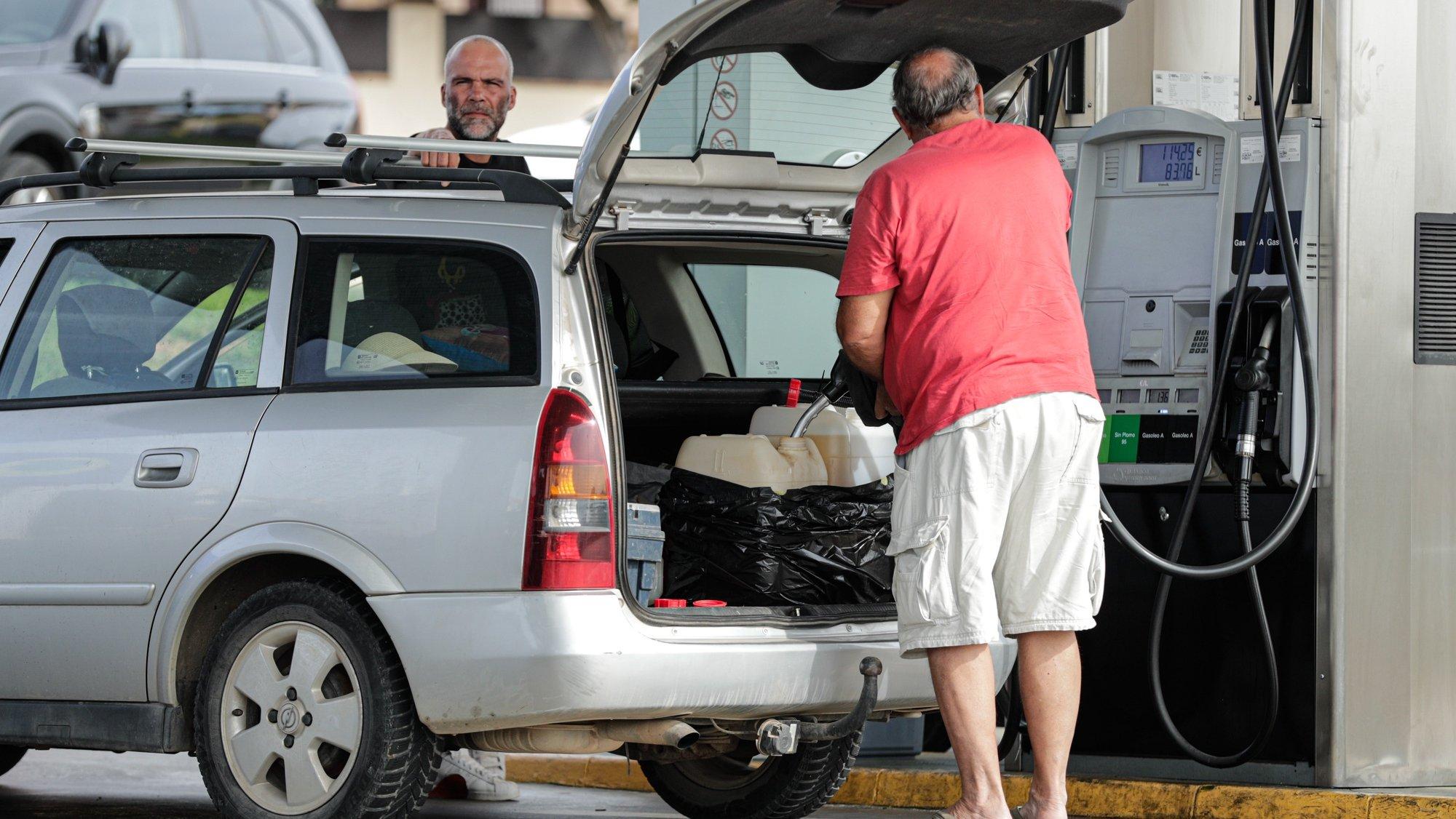 Automobilistas portugueses abastecem em Espanha para fugir aos preços altos dos combustíveis em Portugal e vão abastecer a Espanha, onde a diferença pode chegar aos 36 cêntimos por litro, em Ayamonte, Espanha, 17 de outubro de 2021. (ACOMPANHA TEXTO). LUÍS FORRA/LUSA