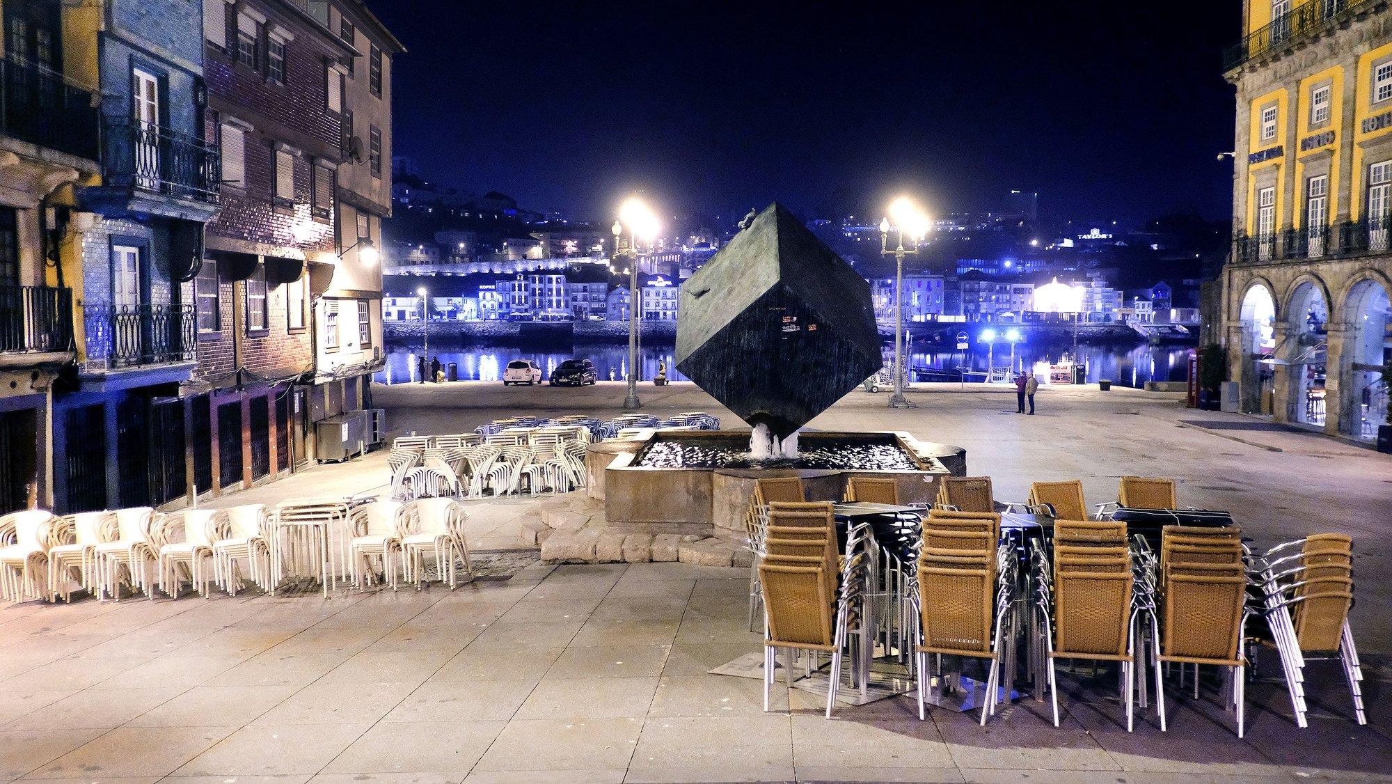 Ribeira do Porto, ontem à noite uma das zonas de grande concentração de bares e de restaurantes no Porto,  praticamente sem gente devido ao surto de coronavírus (Covid-19), no dia em que o Governo ordenou o encerramento dos bares às 21h00. O número de infeções da COVID-19 em Portugal aumentou para 169. Porto, 15 de março de 2020. FERNANDO VELUDO / LUSA.