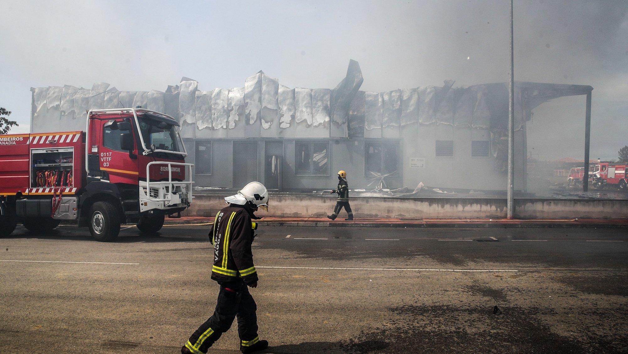 Bombeiros durante o combate ao incêndio que destruiu a empresa de embalagens e recipientes, Policarpo Ferreira da Silva, na zona industrial de Paraimo, em Sangalhos, Anadia, 31 de agosto de 2021. PAULO NOVAIS/LUSA