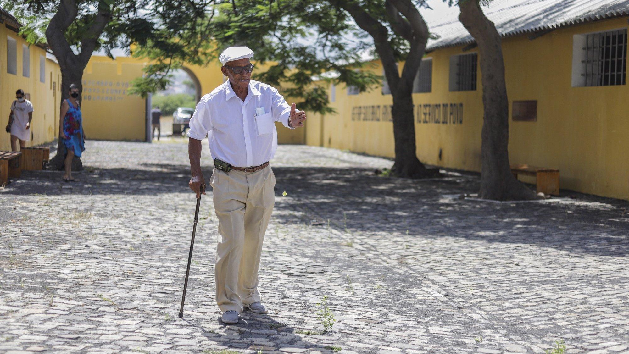 """Nhuné conheceu a então Colónia Penal do Tarrafal quando ia receber comida da mão dos presos portugueses no portão, mas foi no """"Campo da Morte Lenta"""" que teve o seu primeiro emprego, como guarda, enquanto levava recados para fora, Tarrafal, Cabo Verde, 21 de outubro de 2021. Há precisamente 85 anos, em 29 de outubro de 1936, chegaram à Colónia Penal do Tarrafal, em construção, os primeiros 152 detidos antifascistas, obrigados a trabalhar sobre um sol escaldante na construção do muro que seria a própria prisão. (ACOMPANHA TEXTO DE 25 DE OUTUBRO DE 2021). ELTON MONTEIRO/LUSA"""