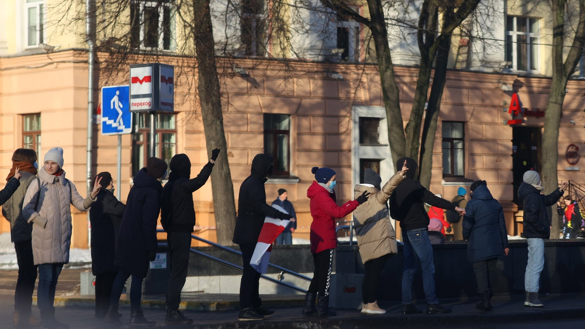 epa08959868 Protesters take part in 'solidarity chains' to show support to imprisoned protesters and to protest against the government of Belarusian President Lukashenko, in Minsk, Belarus, 23 January 2021.  EPA/STR