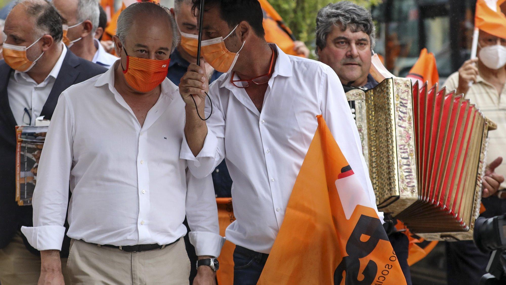 O presidente do Partido Social Democrata (PSD), Rui Rio (E), conversa com um apoiante durante uma ação de campanha em Leiria, 17 de setembro de 2021. No próximo dia 26 de setembro mais de 9,3 milhões eleitores podem votar nas eleições Autárquicas, para eleger os seus representantes locais. JOSÉ COELHO/LUSA