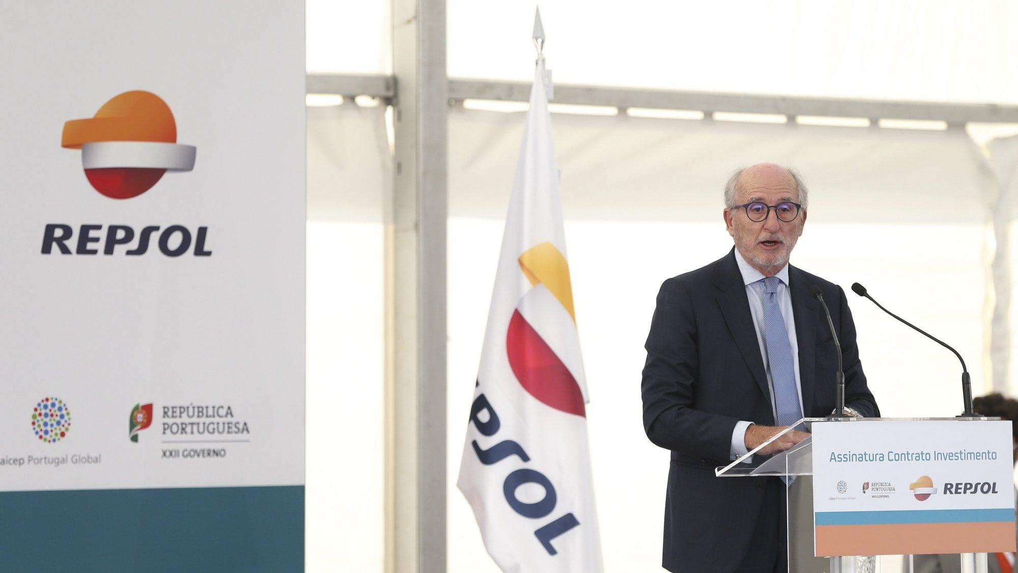 """O presidente da Repsol, Antonio Brufau Niubó, discursa durante a cerimónia de assinatura do contrato de investimento do Governo português com a Repsol, companhia energética de origem espanhola, no complexo industrial da Repsol em Sines, 13 de outubro de 2021. A Repsol e o Governo assinam hoje o contrato de investimento no complexo de Sines, que prevê incentivos fiscais de até 63 milhões a um projeto de 657 milhões de euros, apontado como o """"maior investimento industrial"""" da última década. MANUEL DE ALMEIDA/LUSA"""