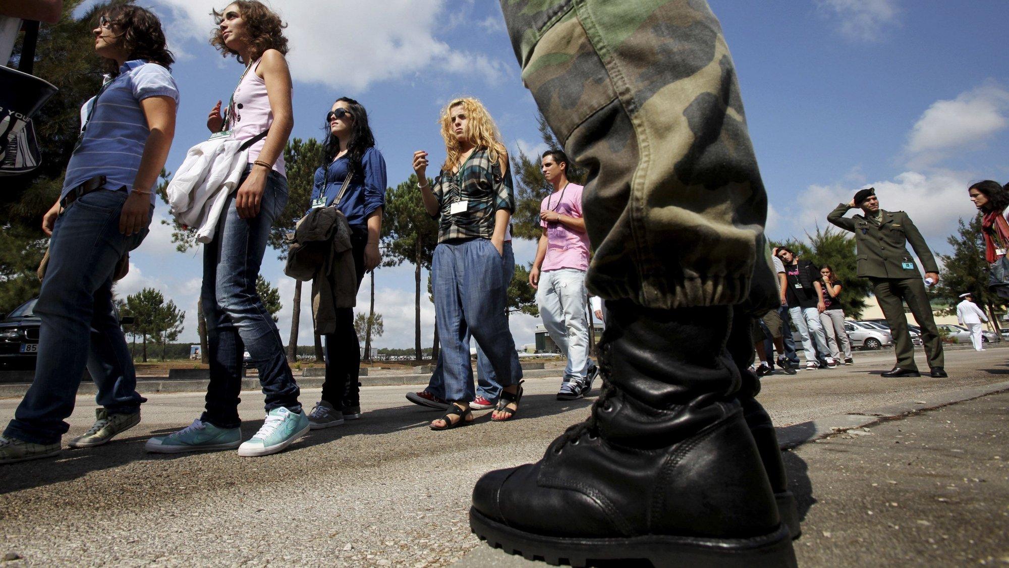 """Jovens na Base área nº 5 de Monte Real no Dia da Defesa Nacional em que pela primeira vez, as mulheres estão obrigadas a comparecer. A 7 ª edição desta iniciativa que se prolonga até 27 de maio de 2011, abrange 132 118 jovens e pretende sensibilizar os jovens para esta temática e divulgar o papel das Forças Armadas, no que o Ministério da Defesa Nacional (MDN) designa de """"jornada de cidadania"""", Leiria, 20 de setembro de 2010. PAULO CUNHA/LUSA"""