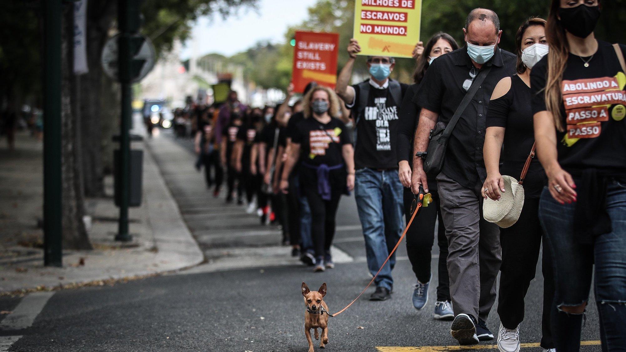 Pessoas participam na Walk For Freedom - Caminhar pela Liberdade, uma caminhada contra a escravatura e tráfico de pessoas, em Lisboa, 16 de outubro de 2021. MÁRIO CRUZ/LUSA