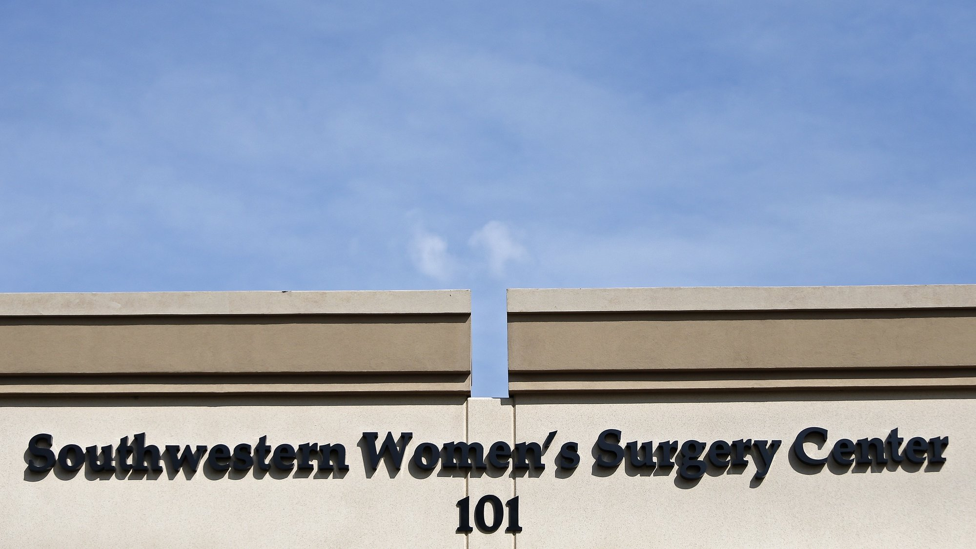 epa08404840 Southwestern Women's Surgery Center in Dallas, Texas, USA, 04 May 2020 (issued 06 May 2020). Abortion clinics in the US states of Texas, Oklahoma, Arkansas and Tennessee have been closed as part of coronavirus restrictions, despite doctors warning of the health risks associated with postponing these procedures.  EPA/LARRY W. SMITH