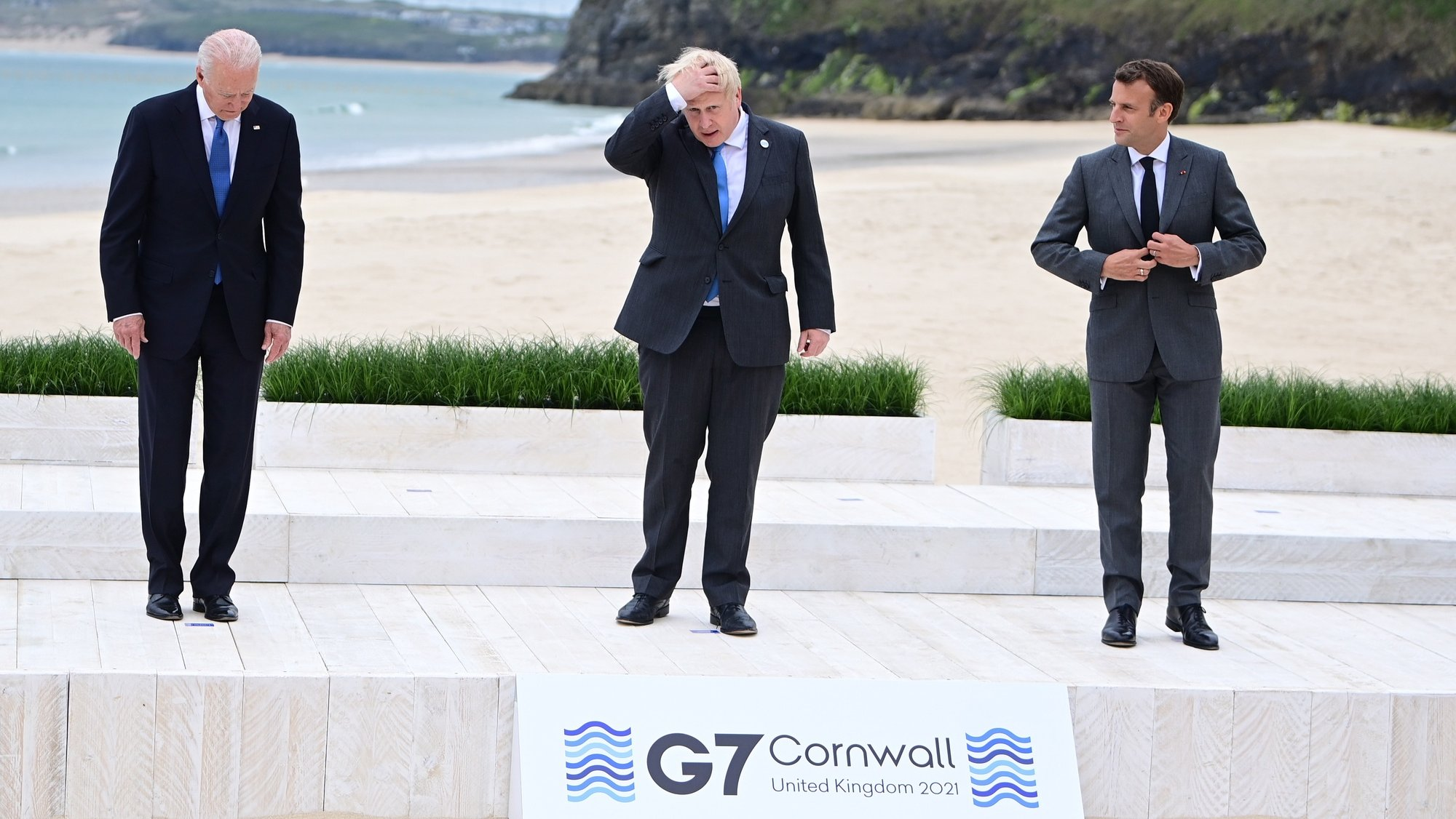 epa09262174 US President Joe Biden (L) Britain's Prime Minister Boris Johnson (C) and France's President Emanuel Macron (R) pose for the family photo during the G7 Summit in Carbis Bay, Britain, 11 June 2021. Britain will held the G7 summit in Cornwall in from 11 to 13 June 2021.  EPA/NEIL HALL/INTERNATIONAL POOL