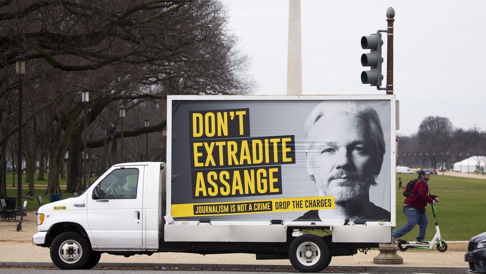 epa08919201 A sign on a truck with the image of WikiLeaks founder Julian Assange reads 'Don't Extradite Assange', in the National Mall with the Washington Monument seen behind, in Washington, DC, USA, 04 January 2021. A judge in the United Kingdom turned down a US request to extradite Assange to face charges of espionage. Following the decision Mexico has offered political asylum to Assange.  EPA/MICHAEL REYNOLDS