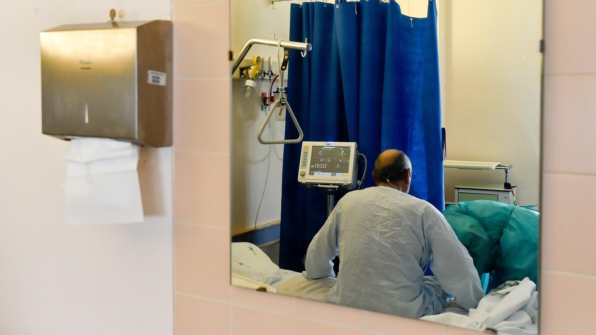 Um doente infetado com coronavírus (covid-19) na enfermaria do piso 7 do Centro Hospitalar Tondela Viseu (CHTV) , dedicado ao tratamento de doentes com covid-19, em Viseu, 09 de março de 2021. (ACOMPANHA TEXTO DA LUSA DO DIA 10 DE MARÇO DE 2021). NUNO ANDRÉ FERREIRA/LUSA