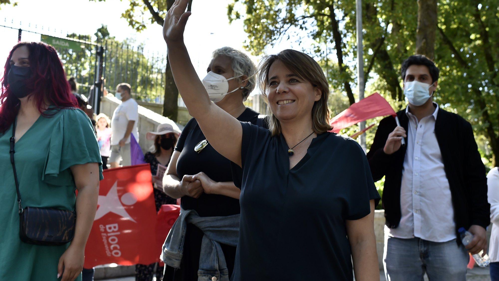 A coordenadora do Bloco de Esquerda (BE), Catarina Martins (2-E), esta tarde durante uma arruada em Viseu, no âmbito da campanha eleitoral para a eleições autárquicas 2021, em Viseu, 21 de setembro de 2021. NUNO ANDRÉ FERREIRA/LUSA
