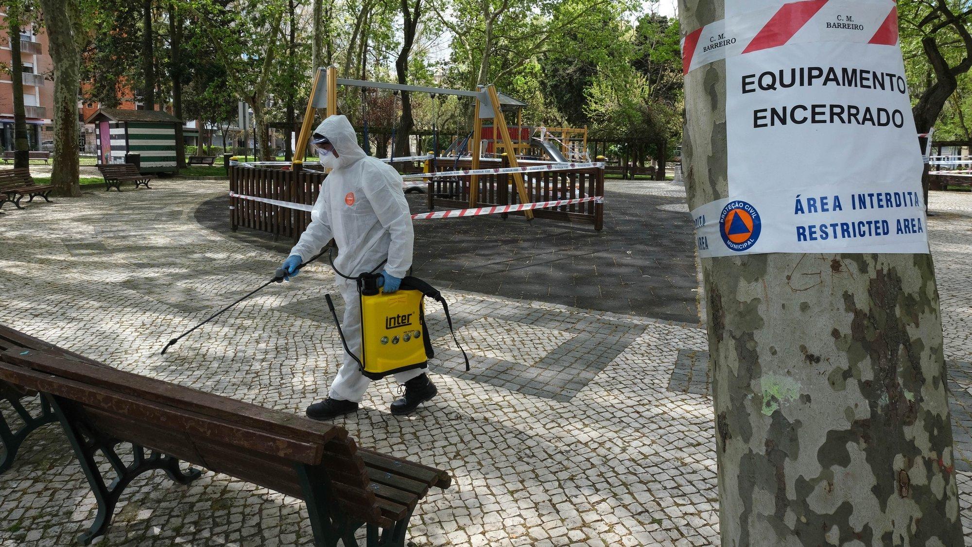 Ação de desinfeção das ruas e parques da cidade do Barreiro, 24 de março de 2020. Em Portugal há 30 mortes e 2.362 infeções confirmadas derivadas da pandemia do Covid-19, segundo o boletim de hoje da DGS. RUI MINDERICO/LUSA