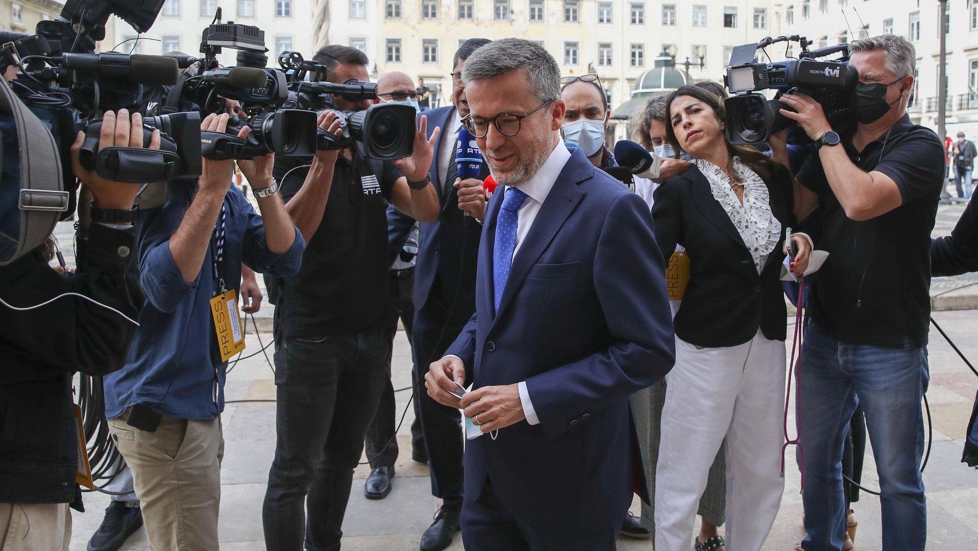 O presidente eleito da Câmara Municipal de Lisboa, Carlos Moedas, à chegada para as comemorações oficiais do 5 de Outubro, Dia da Implantação da República Portuguesa, realizadas na Câmara Municipal de Lisboa, 5 de outubro de 2021. MANUEL DE ALMEIDA/LUSA