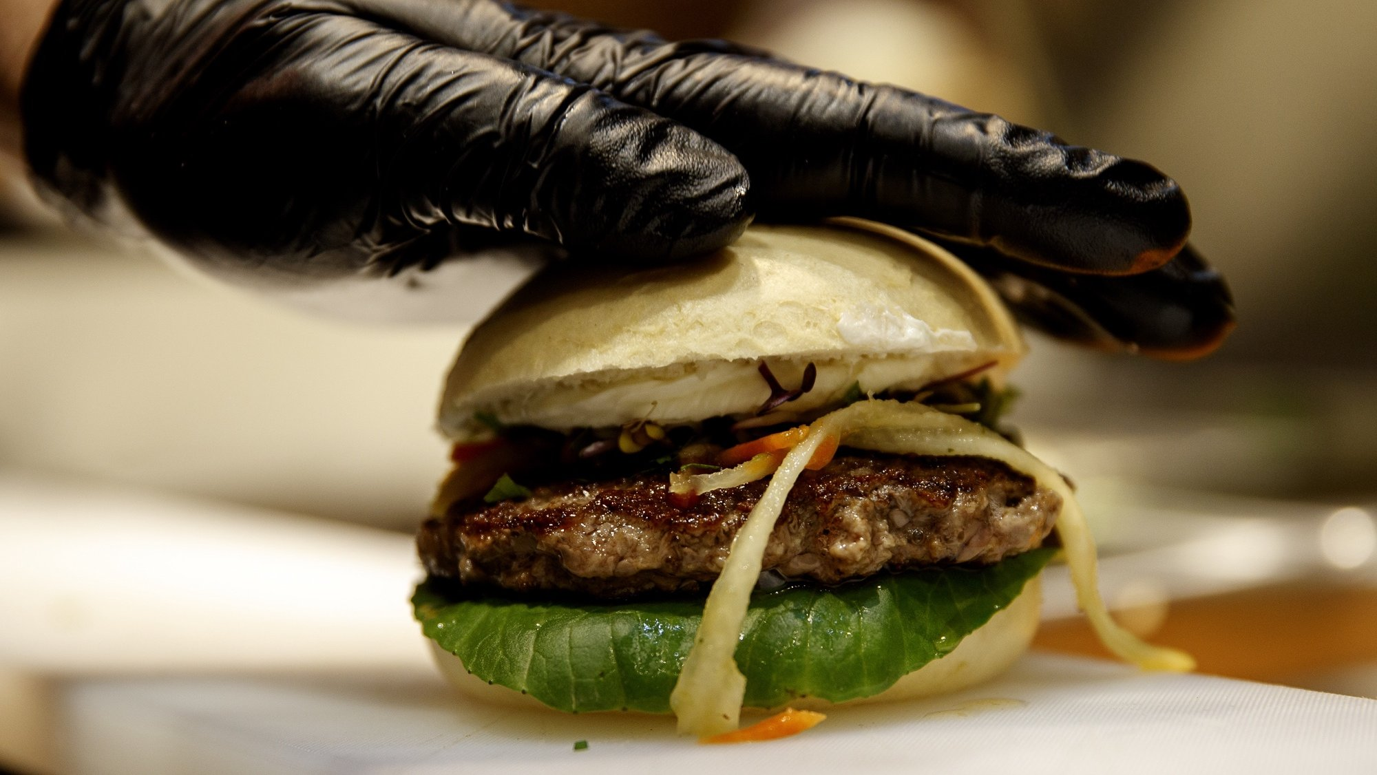 epa08760988 (FILE) - A beef burger at a presentation stand of the company Salomon during the Internorga trade fair in Hamburg, Germany, 21 March 2017 (reissued 21 October 2020). The European Parliament is set to vote on 21 October 2020 on an amendment that could ban the terms sausage and burger for vegan or vegetarian products.  EPA/CARSTEN KOALL *** Local Caption *** 53401708