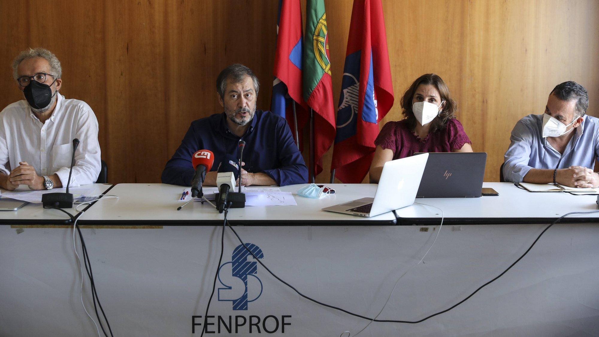 O secretário-geral da Fenprof, Mário Nogueira (2-E), intervém numa conferência de imprensa sobre a proposta do Orçamento do Estado 2022 para a área do ensino superior e da ciência, e para divulgar as propostas que tem apresentado nas reuniões com os partidos e que pretende que sejam acolhidas, em Lisboa, 18 de outubro de 2021. MIGUEL A. LOPES/LUSA