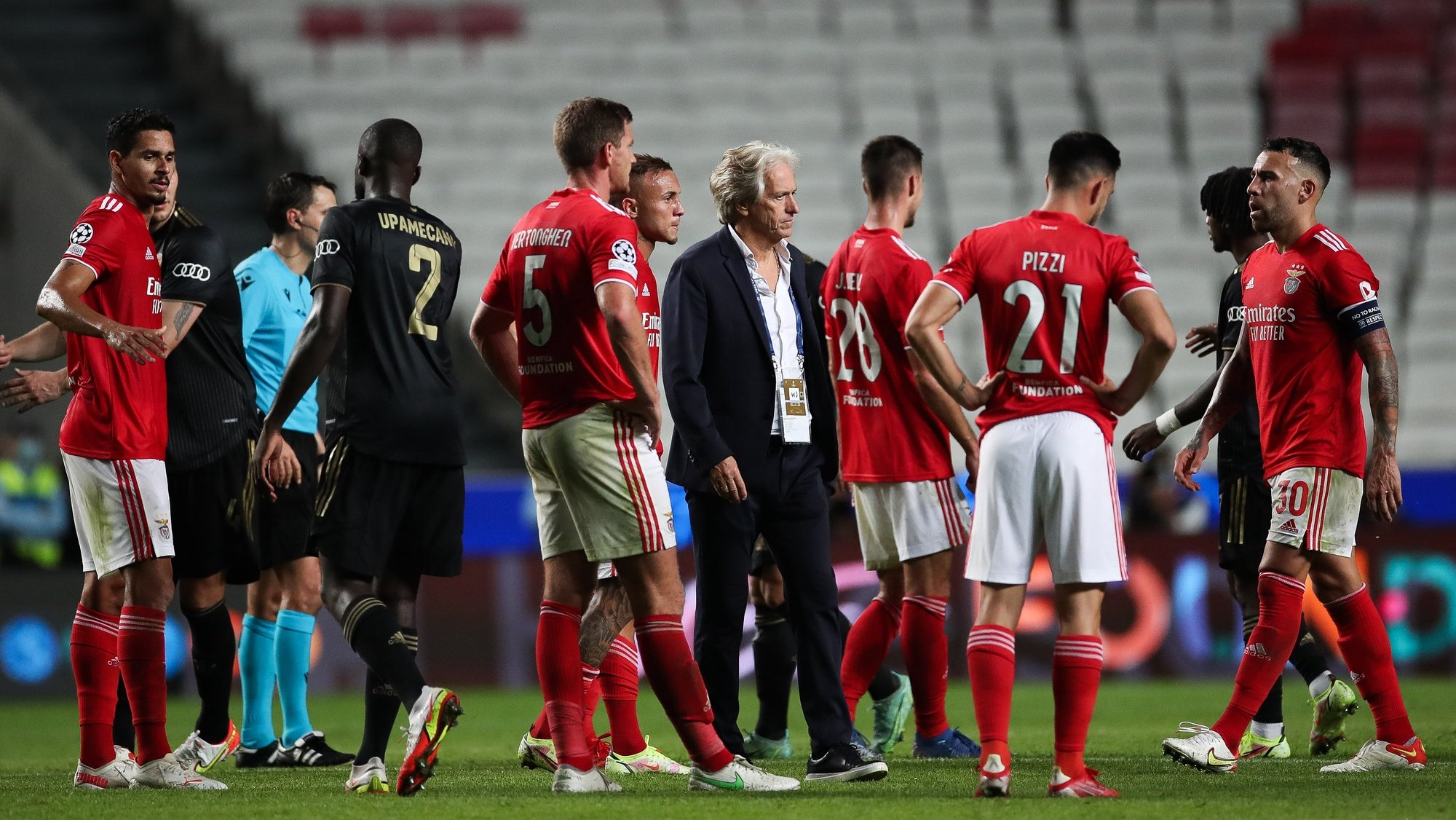 Benfica head coach Jorge Jesus (C) and his players reacts after the UEFA Champions League Group E soccer match against Bayern Munich held at Luz Stadium, in Lisbon, Portugal, 20 October 2021. MÁRIO CRUZ/LUSA