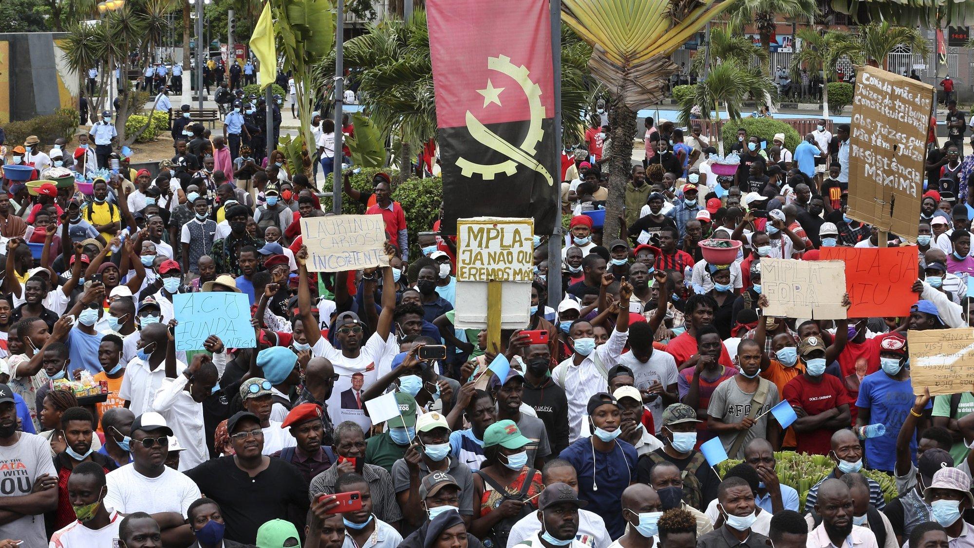 """Populares participam na marcha """"Em Defesa do Estado Democrático de Direito"""", organizada por organizações juvenis de partidos políticos e da sociedade civil angolana, contra o """"retrocesso da frágil democracia"""" e """"violações sistemáticas da Constituição"""", considerando que Angola vive um momento que """"periga a sã convivência entre os atores políticos e que pode propiciar convulsões sociais a exemplo de outros países africanos"""", em Luanda, Angola, 16 de outubro de 2021. AMPE ROGÉRIO/LUSA"""