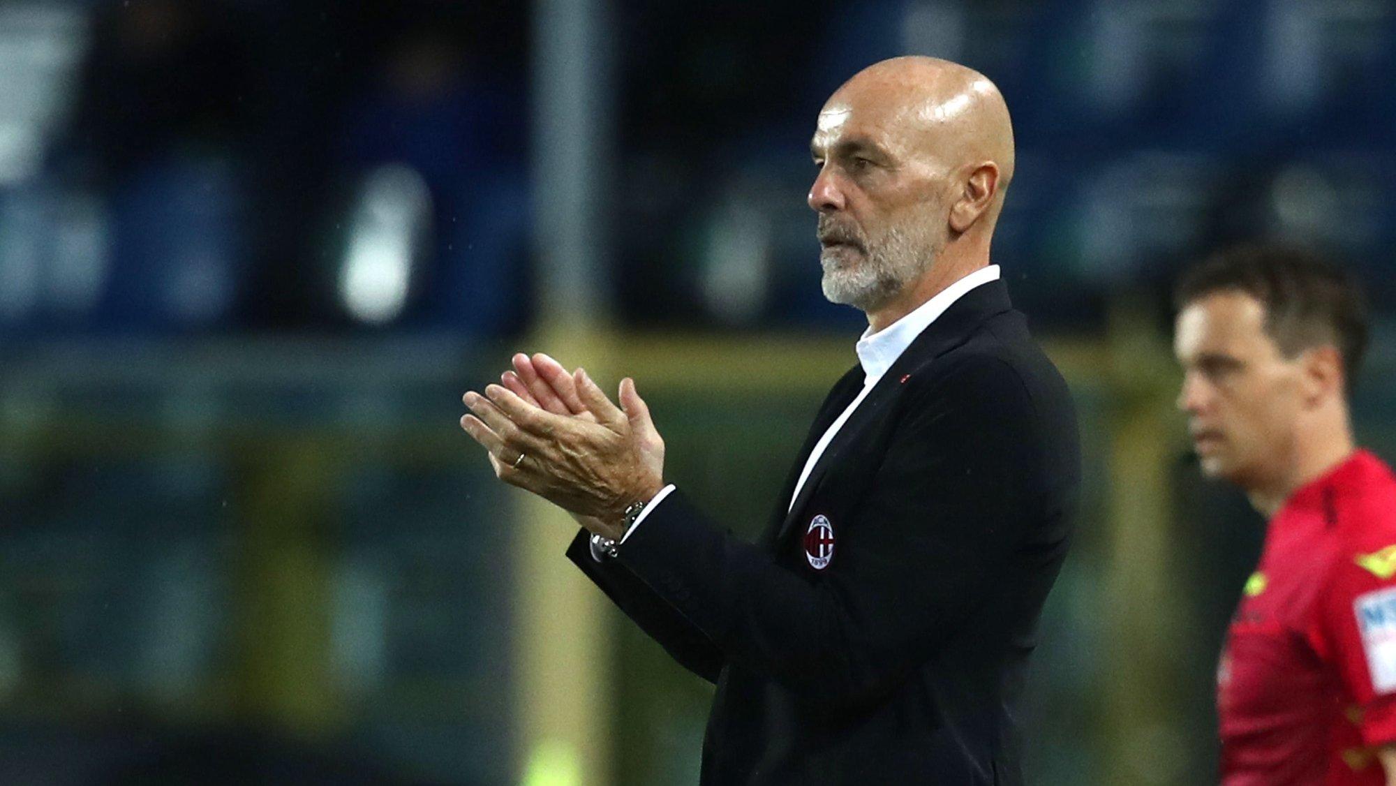 epa09504519 Milan's coach Stefano Pioli applauds during the Italian Serie A soccer match between Atalanta BC and AC Milan at Gewiss Stadium in Bergamo, Italy, 03 October 2021.  EPA/PAOLO MAGNI