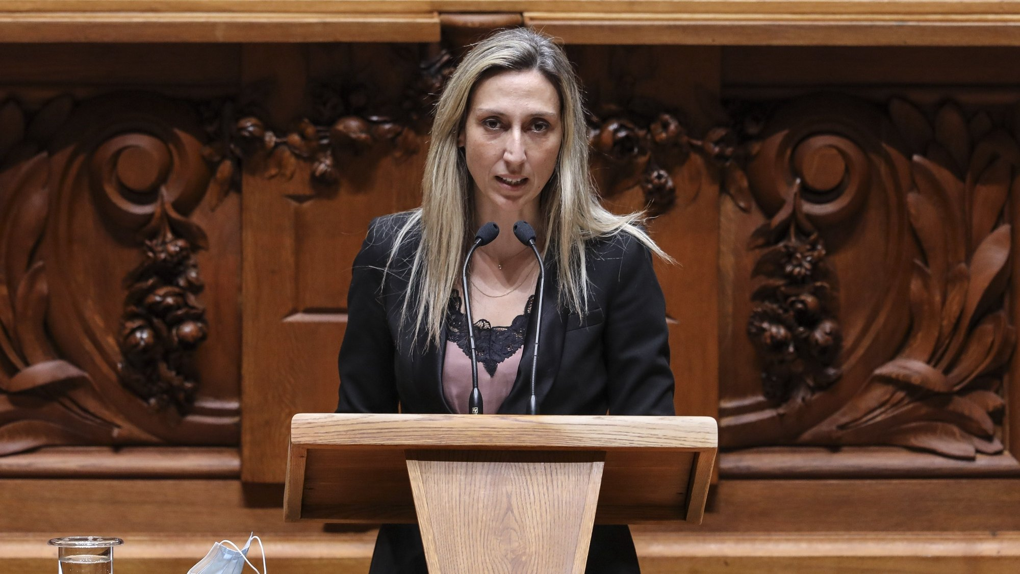 A deputada não inscrita Cristina Rodrigues intervém no debate parlamentar sobre os diplomas do PS, PAN, IL e Cristina Rodrigues, sobre ordens profissionais, esta tarde na Assembleia da República, em Lisboa, 13 de outubro de 2021. MIGUEL A. LOPES/LUSA