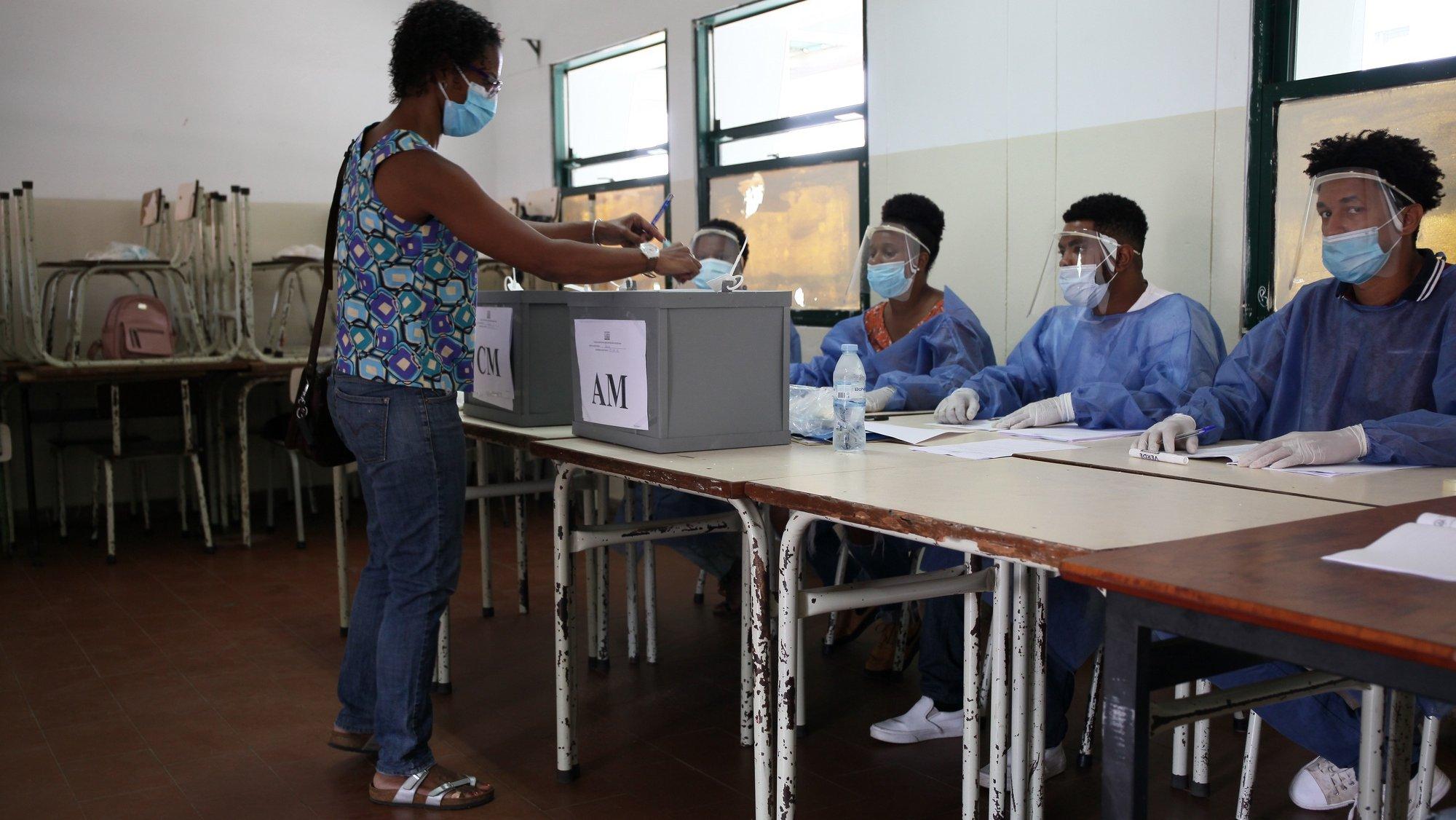 Nas eleições autárquicas de hoje concorrem ao mandato de quatro anos 65 listas às Assembleias Municipais e 64 às Câmaras Municipais, das quais 53 de partidos políticos (de quatro partidos) e 12 de grupos de cidadãos, segundo dados da Comissão Nacional de Eleições (CNE) cabo-verdiana, cidade da Praia, 25 de outubro de 2020. FERNANDO DE PINA/LUSA