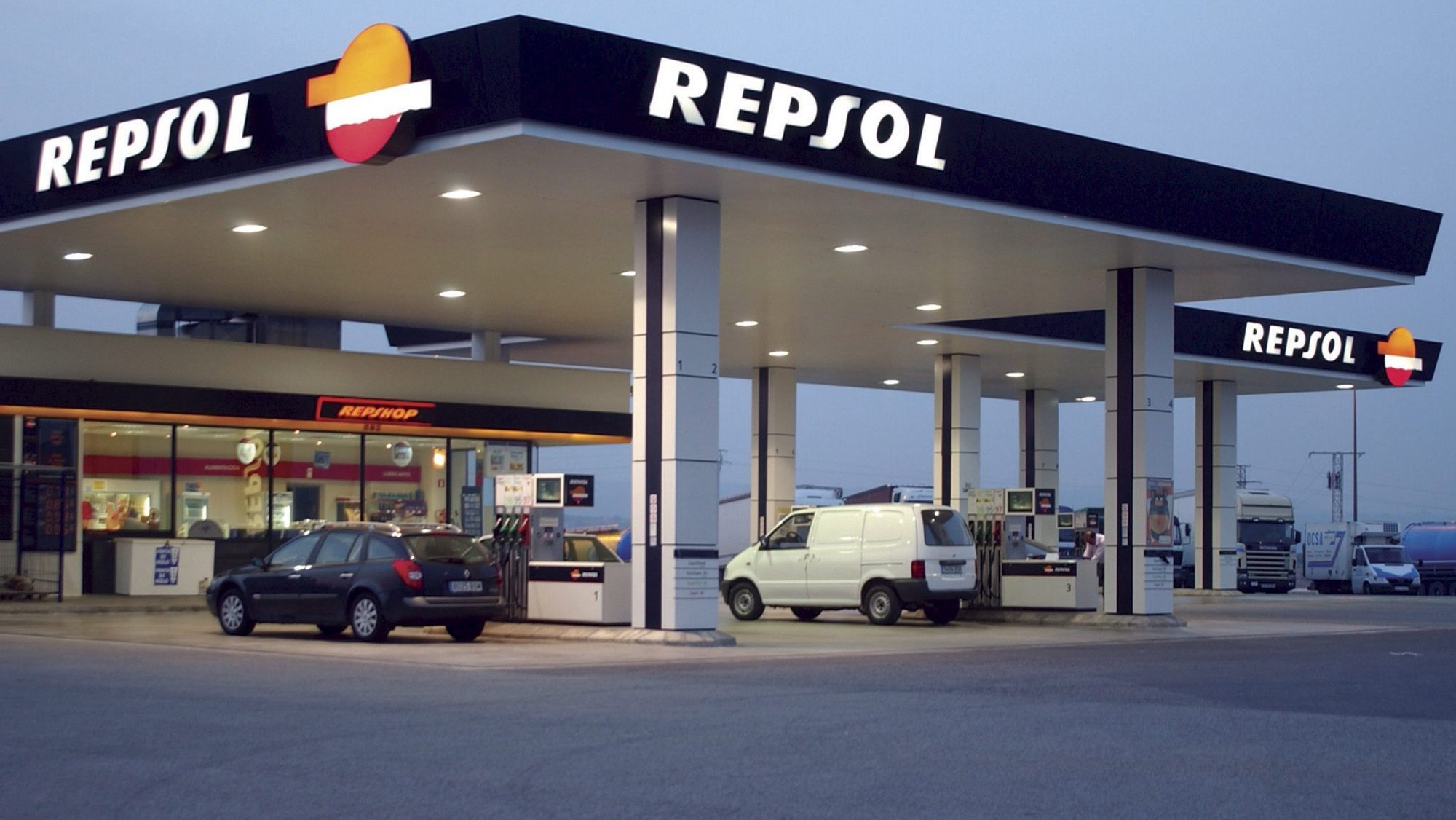 epa02599145 (FILE) A undated handout image provided by Repsol YPF of a Repsol service station at an undisclosed location. Repsol reported 24 February 2011 the company posted net income of 4.693 billion euros for 2010 compared to 1.559 billion euros in the previous year. Excluding extraordinary items, recurring net profit improved 54.9 per cent to 2.360 billion euros. The 2010 earnings increase was mainly due to the good performance of the company's ongoing activities, boosted in the fourth quarter by the capital increase of Repsol Brazil.  EPA/REPSOL YPF/HO  EDITORIAL USE ONLY/NO SALES *** Local Caption *** 00000401270125