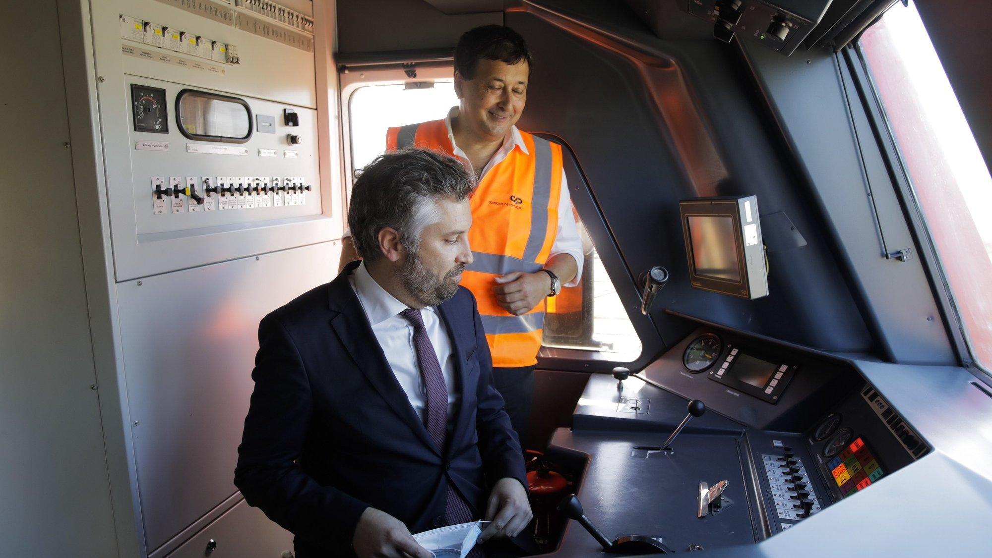 O ministro das Infraestruturas e da Habitação, Pedro Nuno Santos (E), acompanhado por Nuno Freitas (D), presidente da CP, visita as oficinas da Comboios de Portugal (CP) do Entroncamento, onde embarcou na nova automotora UQE2300 recuperada para a linha de Sintra, fazendo a viagem até Campolide, Entroncamento, 22 de julho 2020. PAULO CUNHA/LUSA