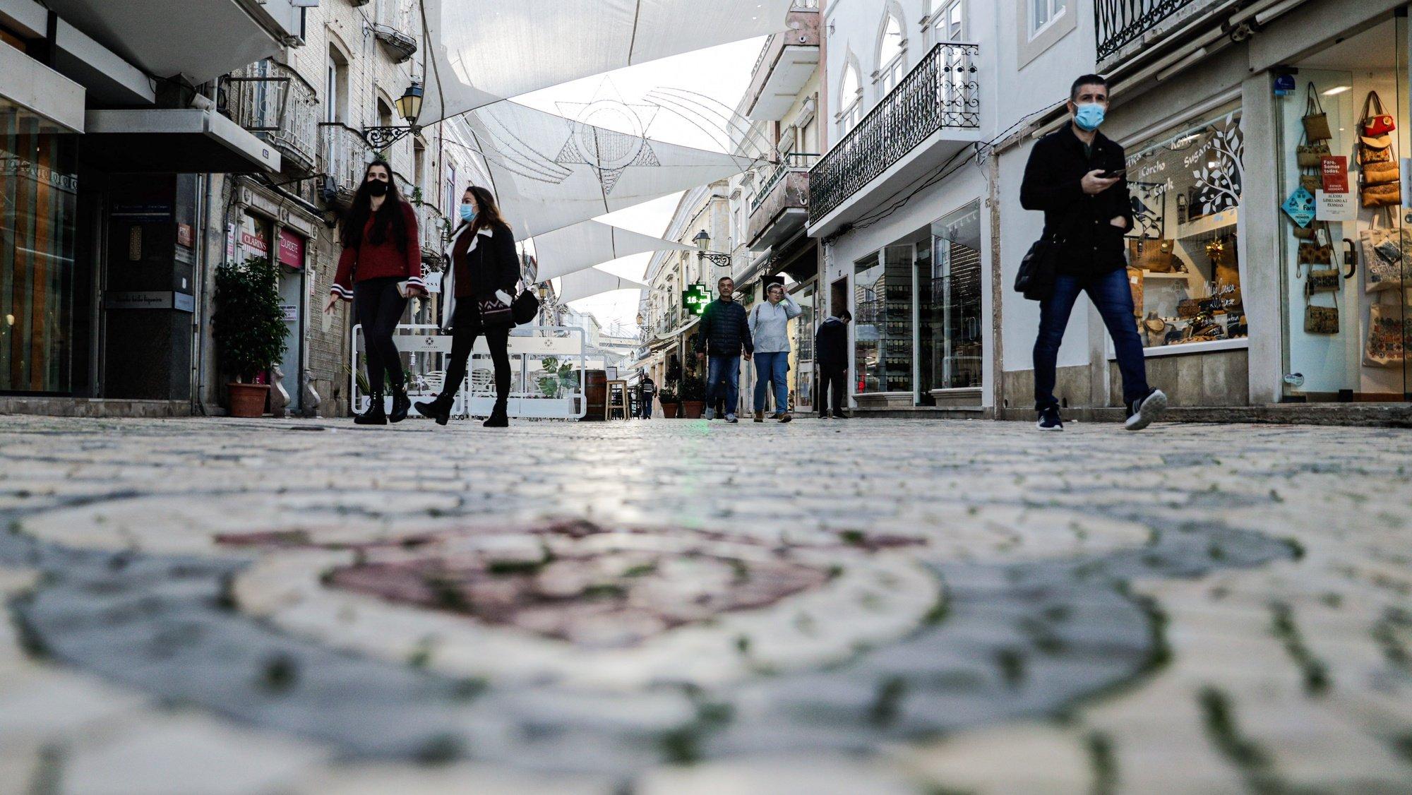 Comerciantes da baixa de Faro afirmam que o Natal deste ano vai ser muito mau, por causa da pandemia de covid-19, Faro, 27 de novembro de 2020. A agência Lusa visitou a localidade fronteiriça do distrito de Faro, habitualmente muito procurada nesta época por espanhóis pelos seus produtos atoalhados e artesanato, mas que agora regista uma acentuada quebra no movimento de turistas devido às restrições impostas pela pandemia de covid-19. (ACOMPANHA TEXTO DE 6 DE DEZEMBRO DE 2020). LUÍS FORRA/LUSA